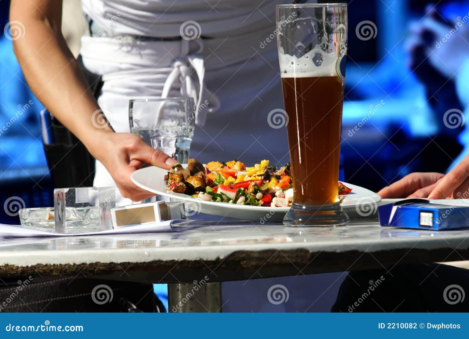 Alimento do serviço da empregada de mesa
