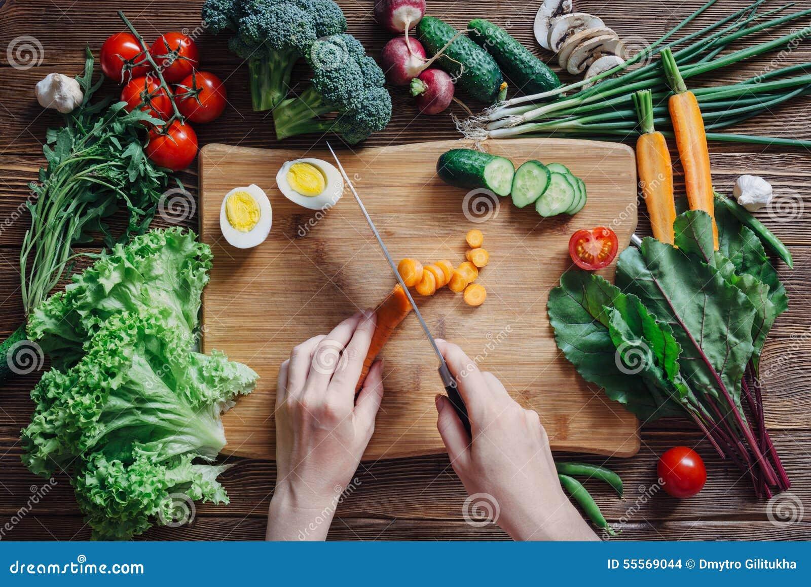 Alimento ed ingredienti sani su fondo di legno rustico