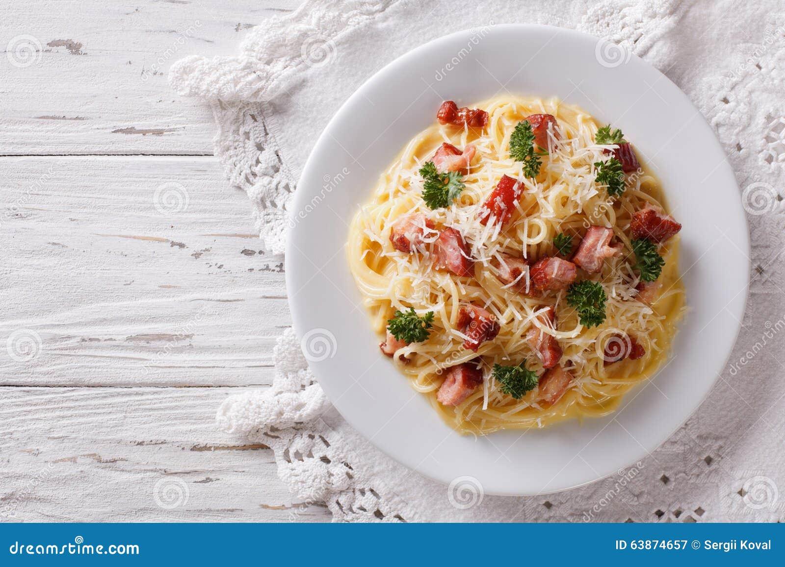Alimento italiano: carbonara da massa na tabela vista superior horizontal