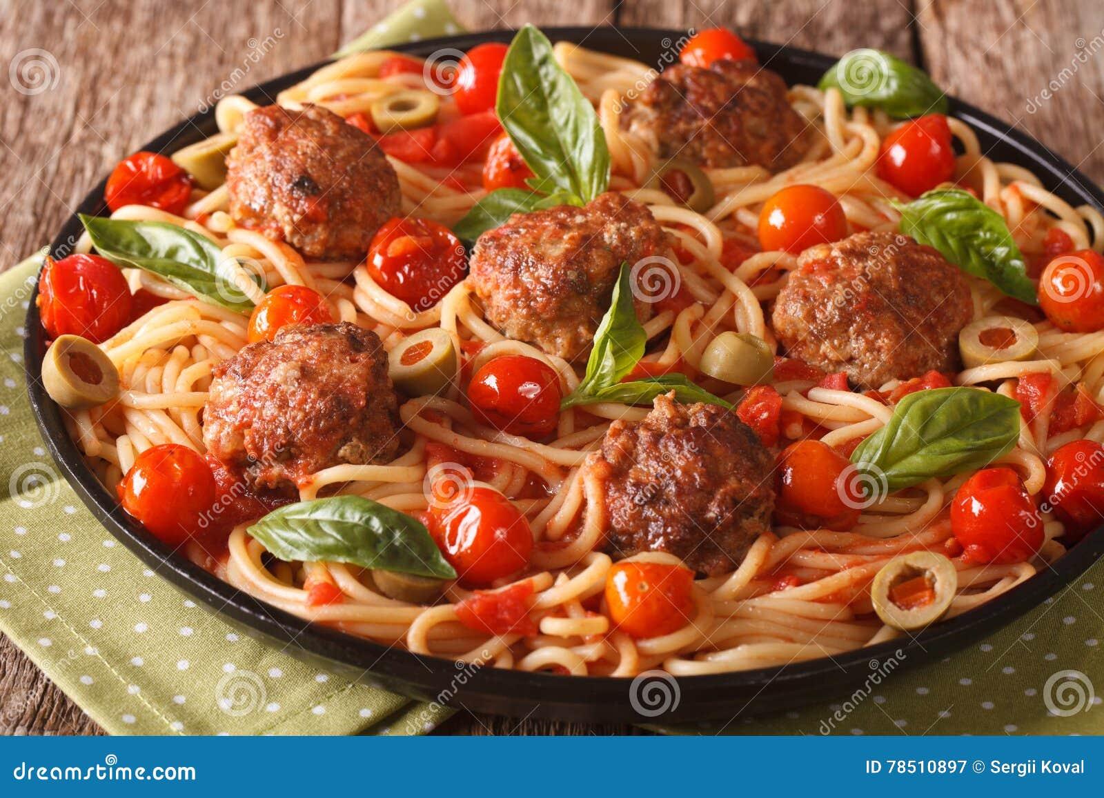 Alimento italiano: espaguetes com o close up das almôndegas e do molho de tomate