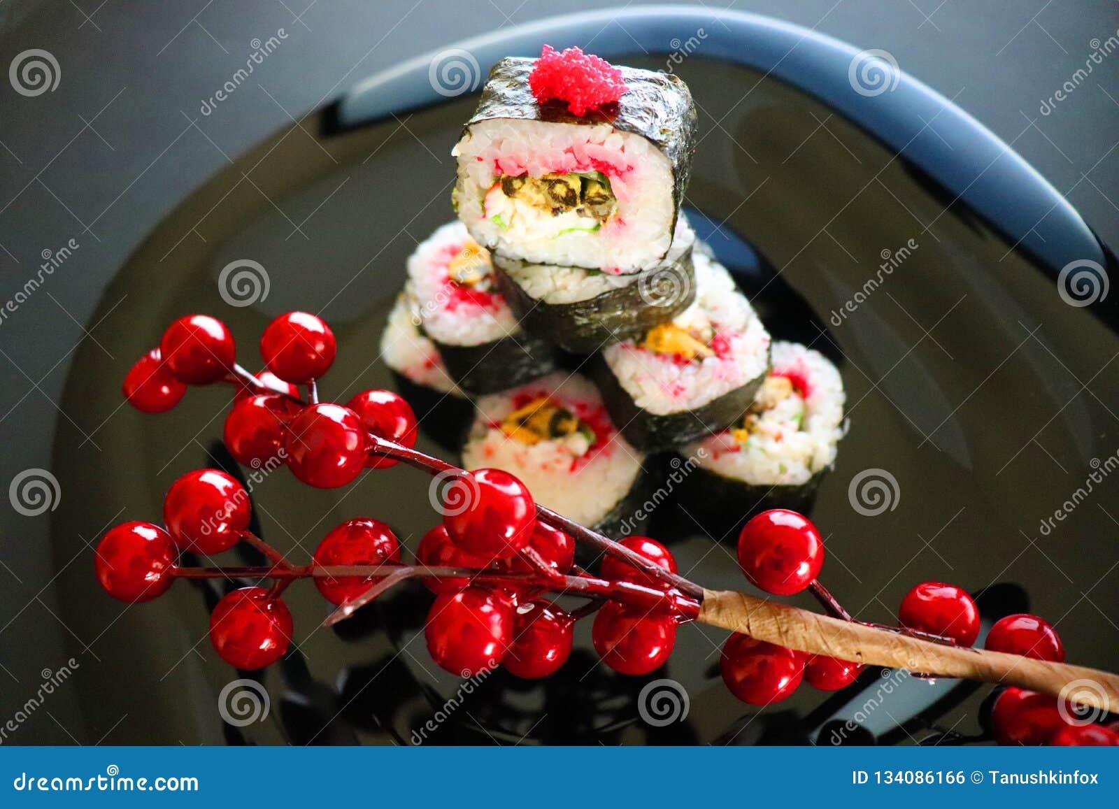 Alimento japonês Sushi do Natal Sushi com caviar do tobiko