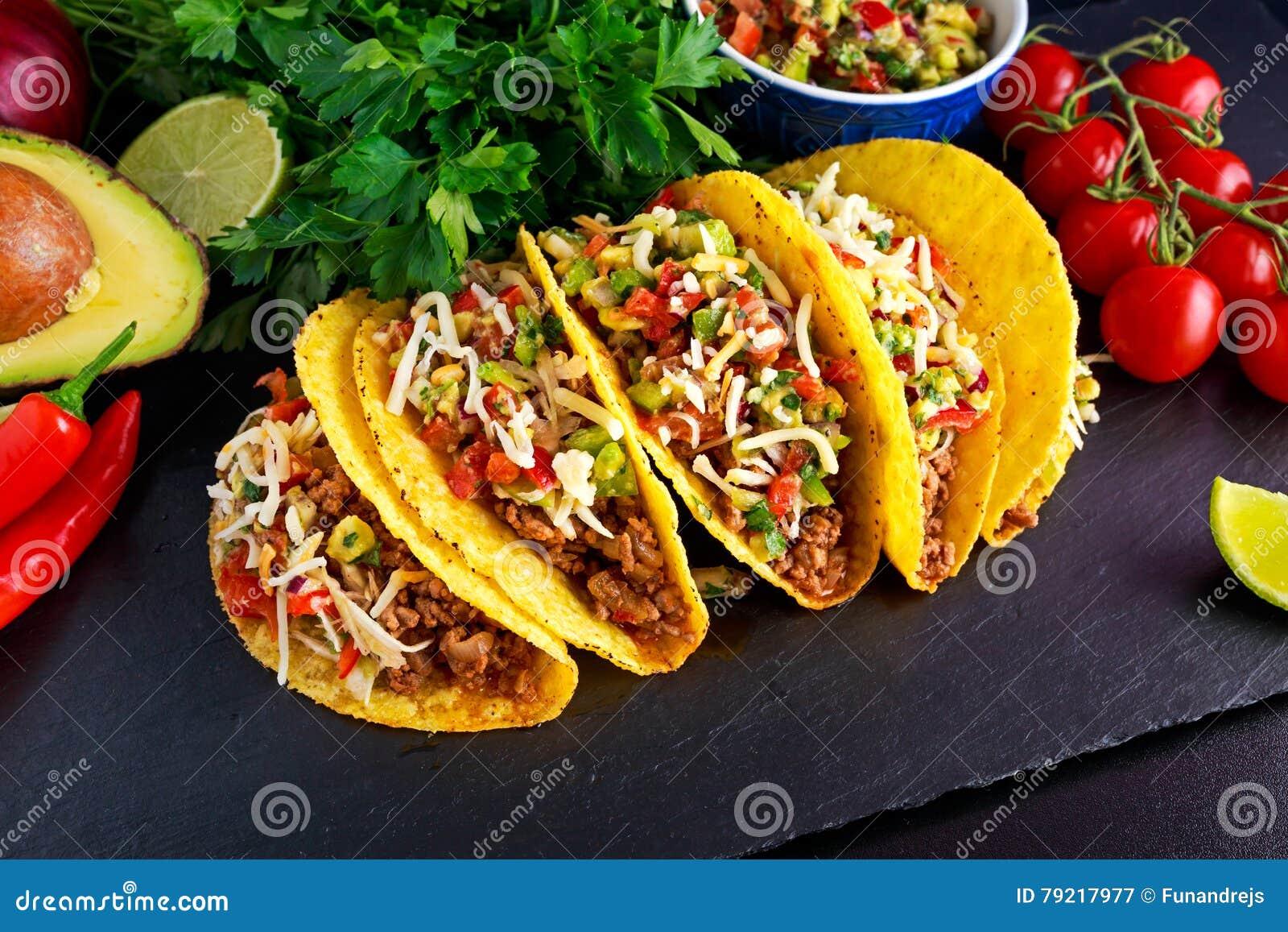 Alimento messicano - le coperture deliziose del taco con carne tritata e la casa hanno prodotto la salsa