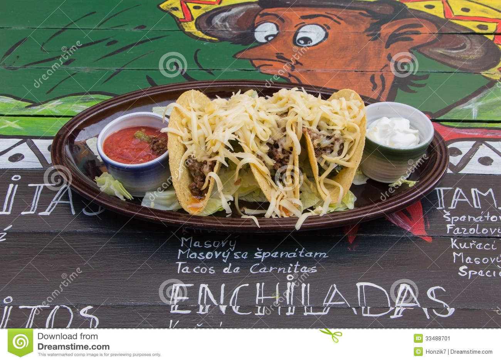 Alimento messicano sulla tavola decorata divertente
