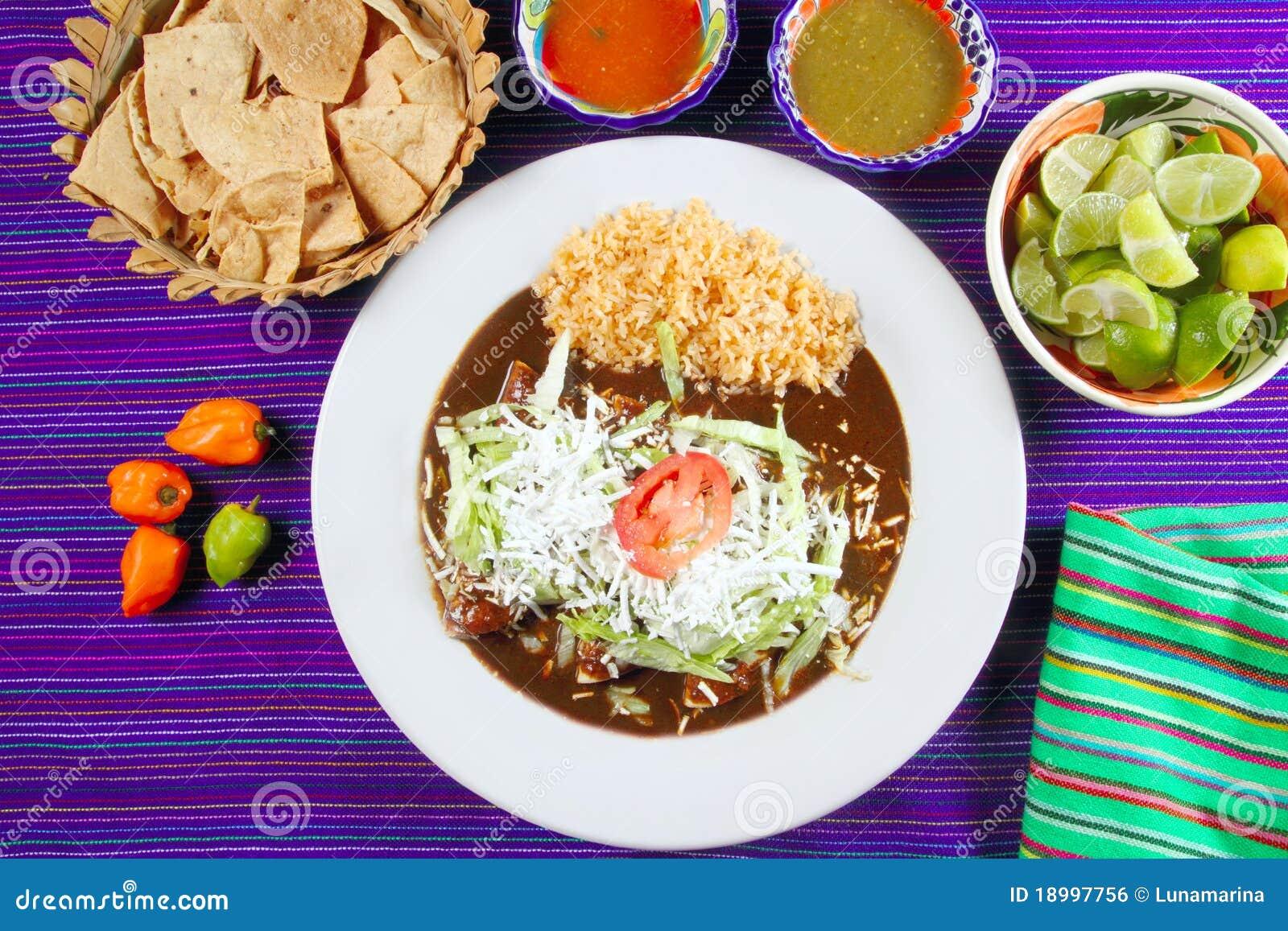 Alimento mexicano dos enchiladas da toupeira com molhos do pimentão