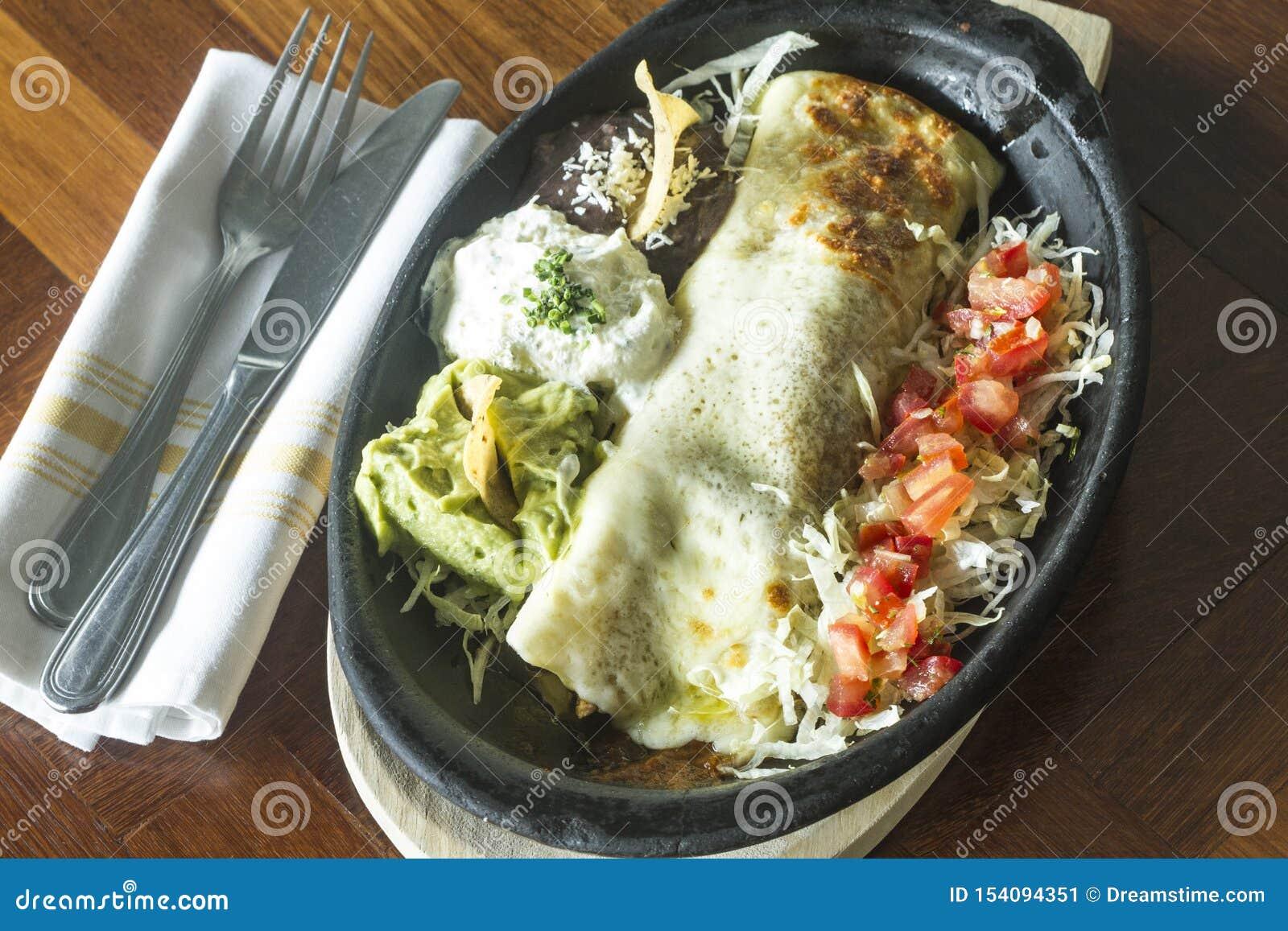 Alimento mexicano: Tortilha com creme de leite, abacate e tomate