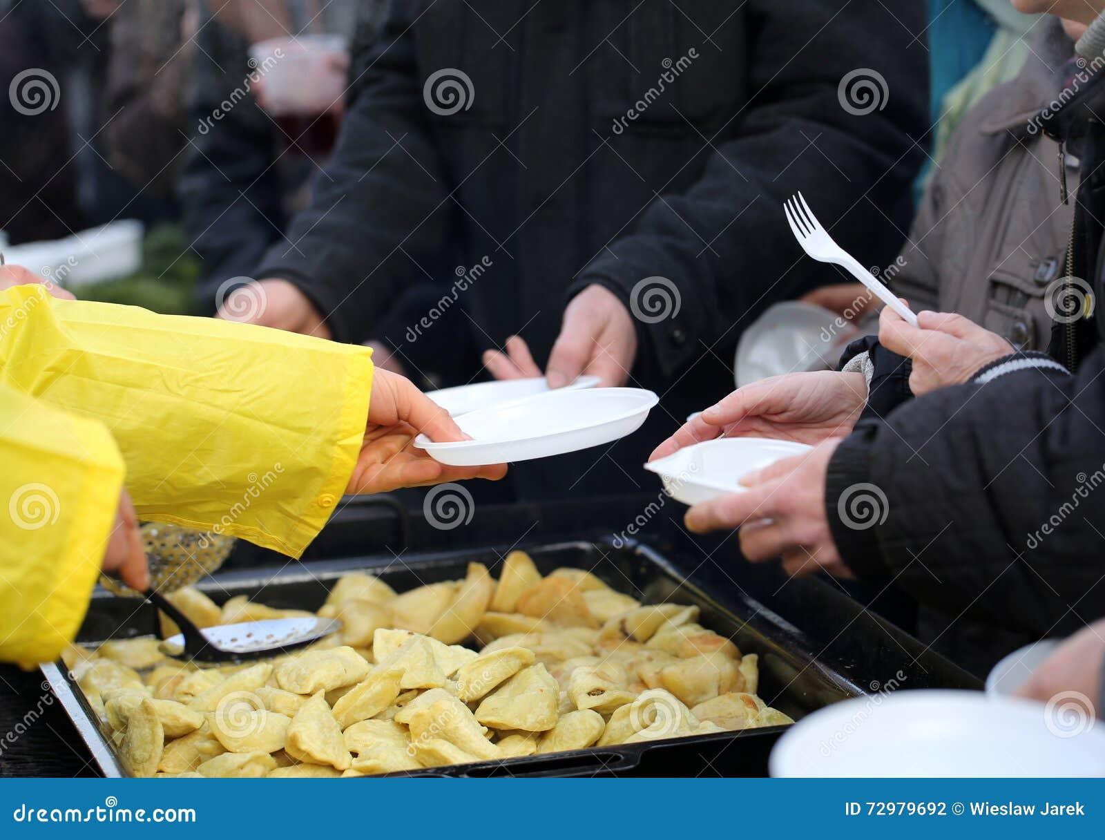 Alimento morno para os pobres e os sem abrigo