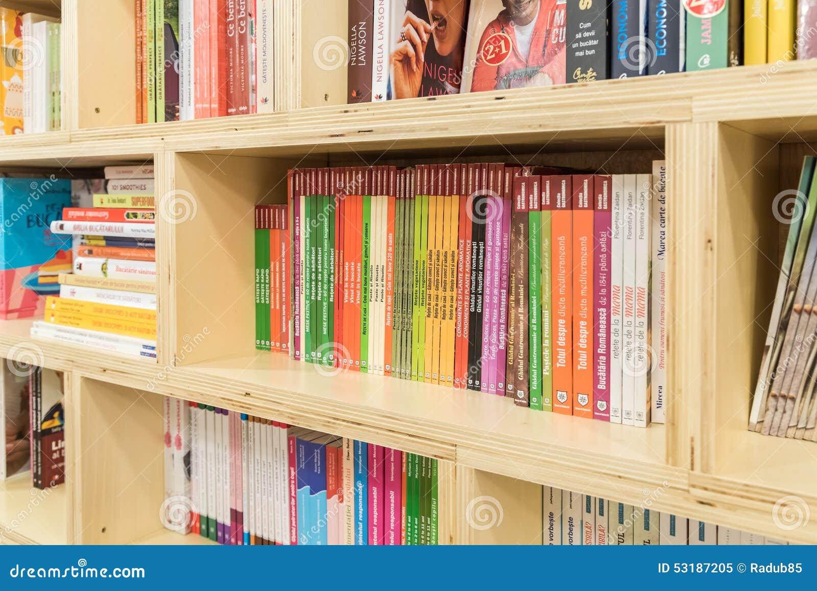 Alimento Que Cozinha Livros Na Prateleira Moderna Da Livraria Imagem