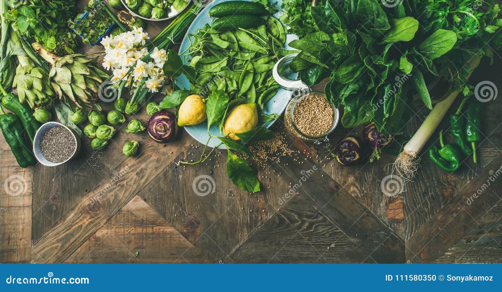 Alimento sano del vegano della primavera che cucina gli ingredienti, fondo di legno, ampia composizione