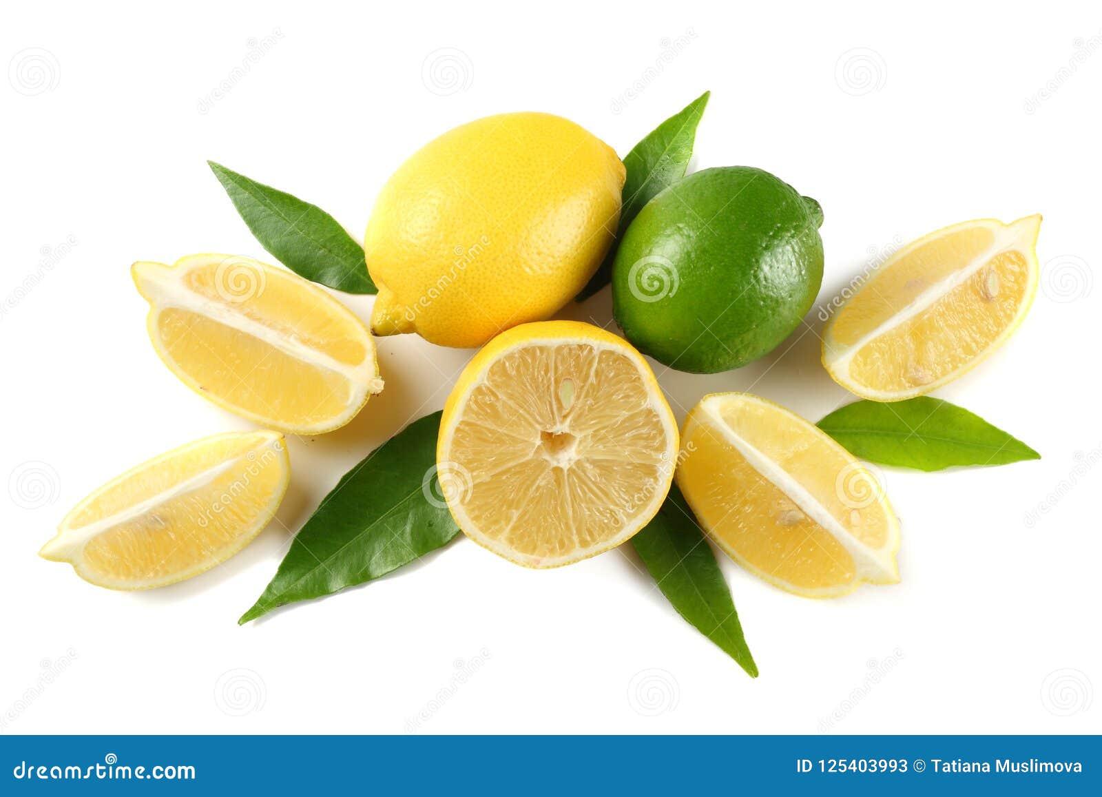 Alimento sano limón y cal con la hoja verde aislada en la opinión superior del fondo blanco