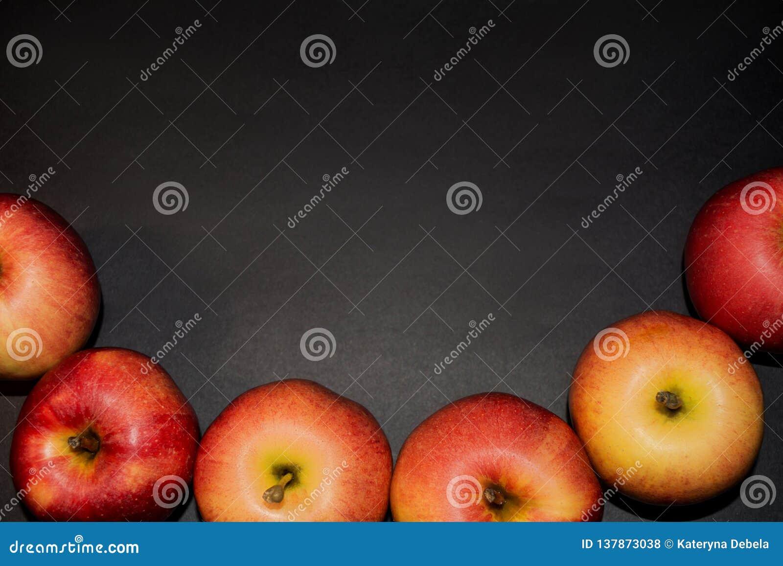 Alimento sano Manzanas rojas maduras en el fondo negro para su diseño Todavía fondos negros de la fotografía de la vida Espacio p