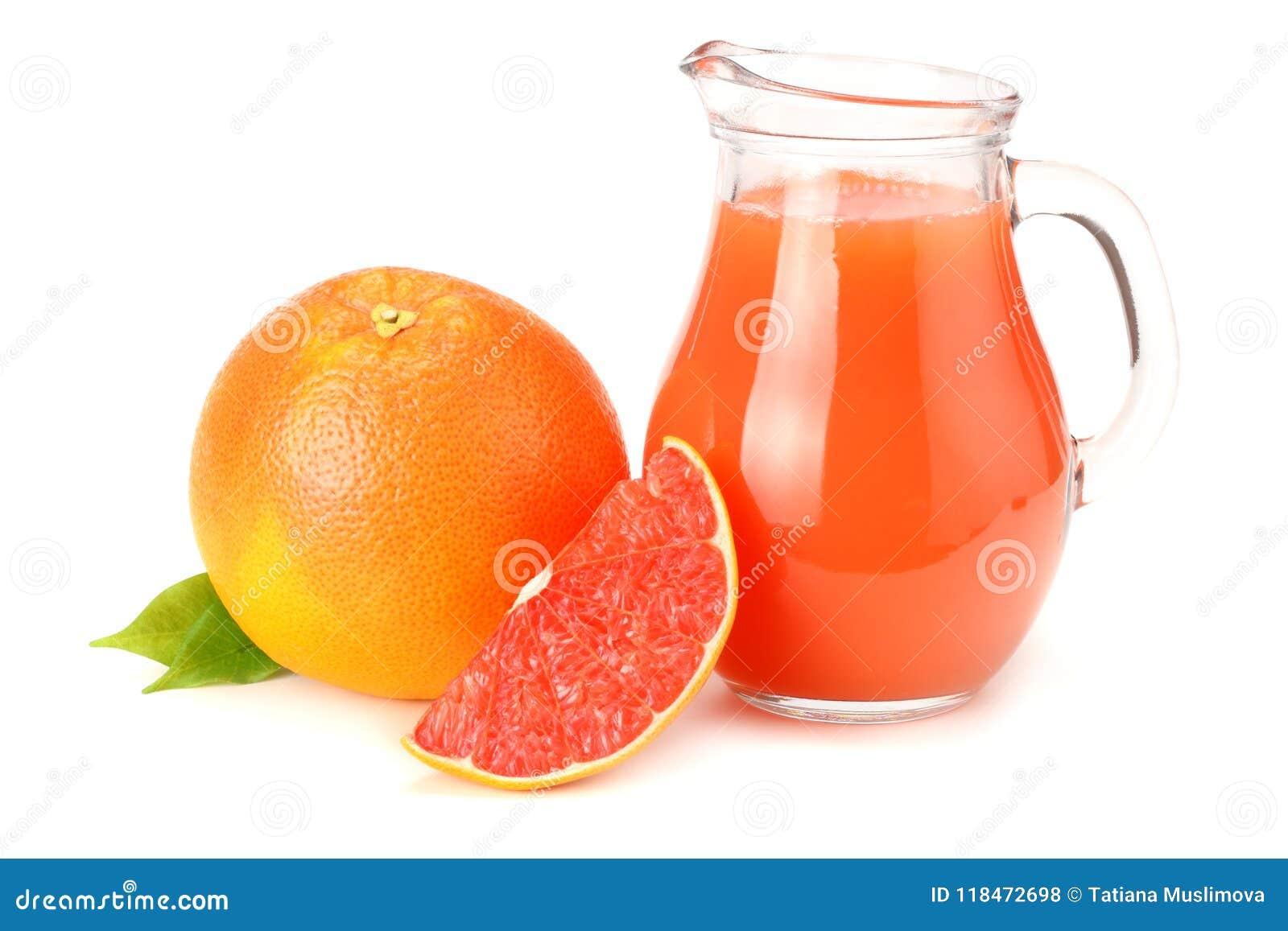 Alimento sano succo di pompelmo con il pompelmo affettato isolato su fondo bianco