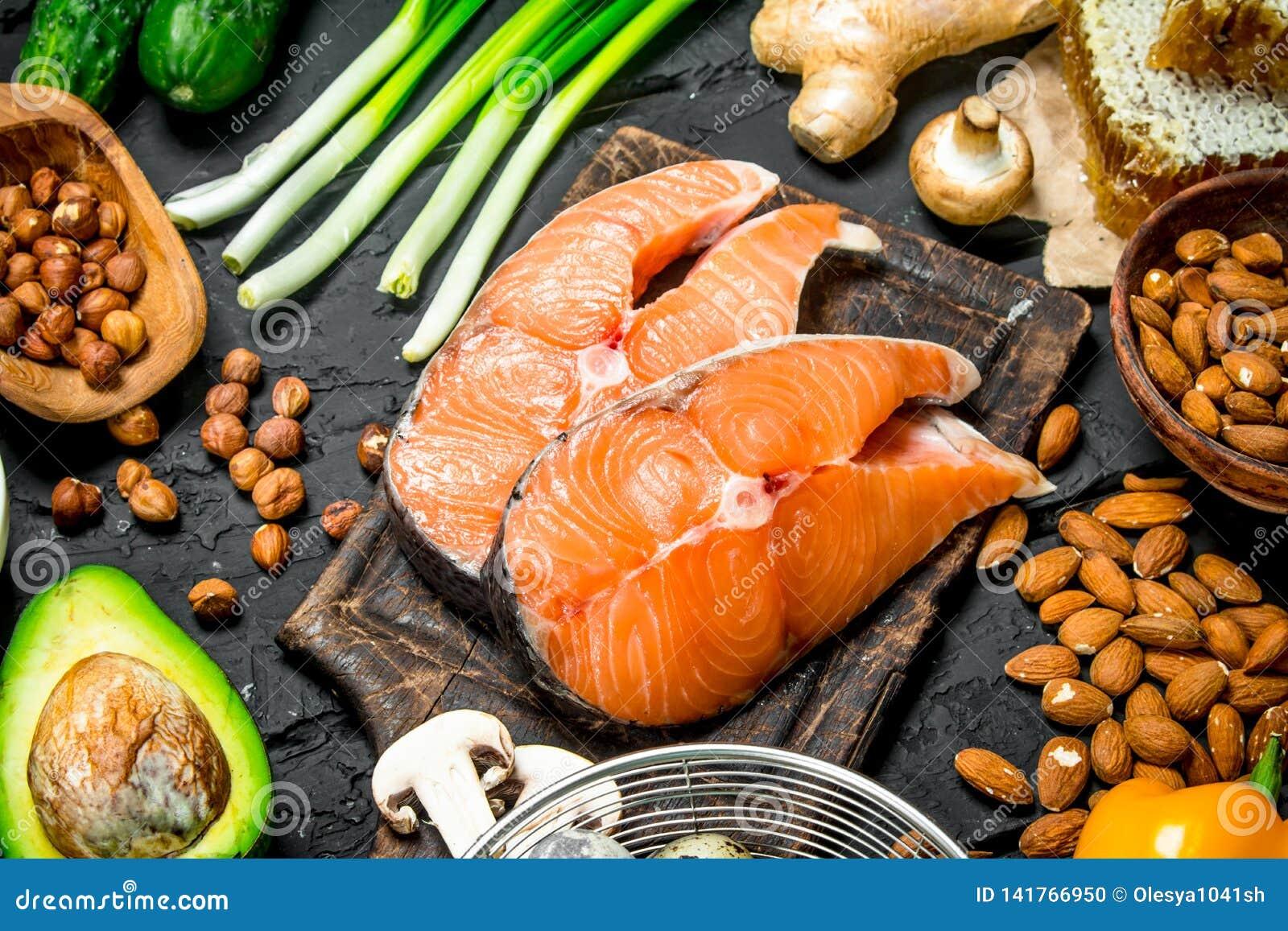 Alimento saudável Peixes crus dos salmões com alimento biológico