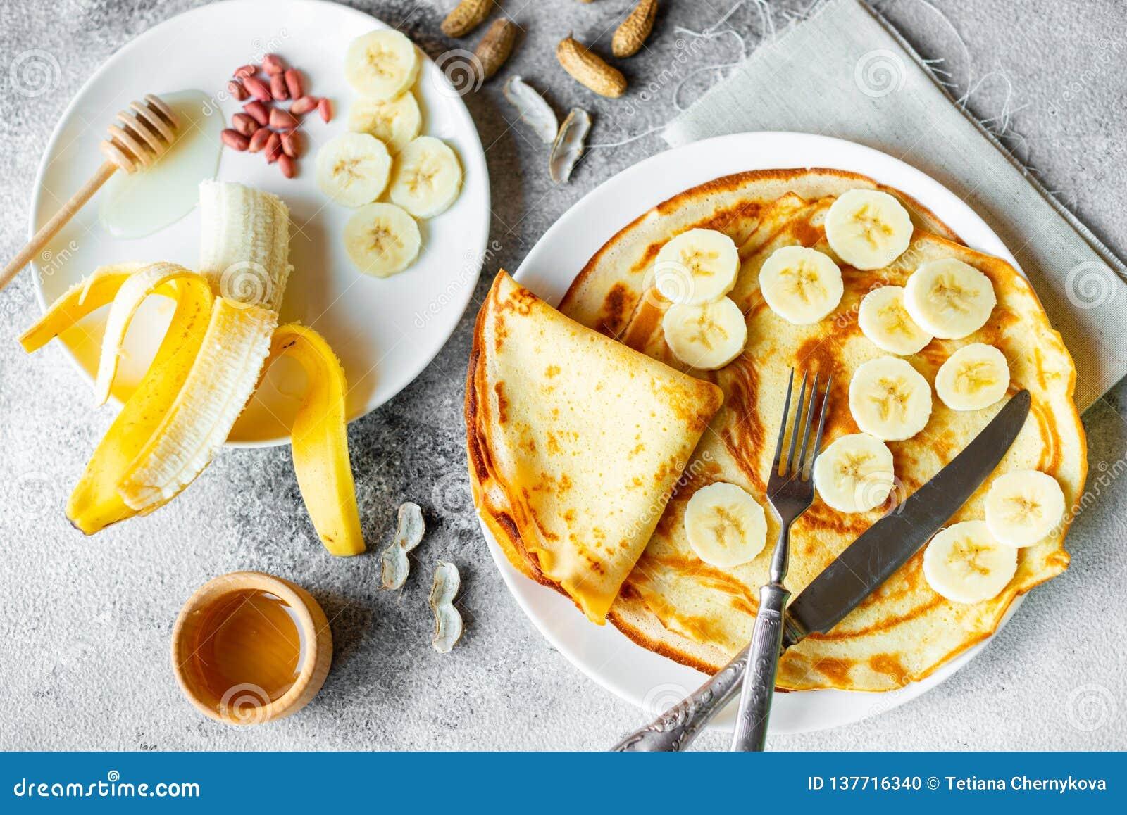 Alimento, sobremesa, pastelarias, panqueca, torta Panquecas bonitas saborosos com banana e mel