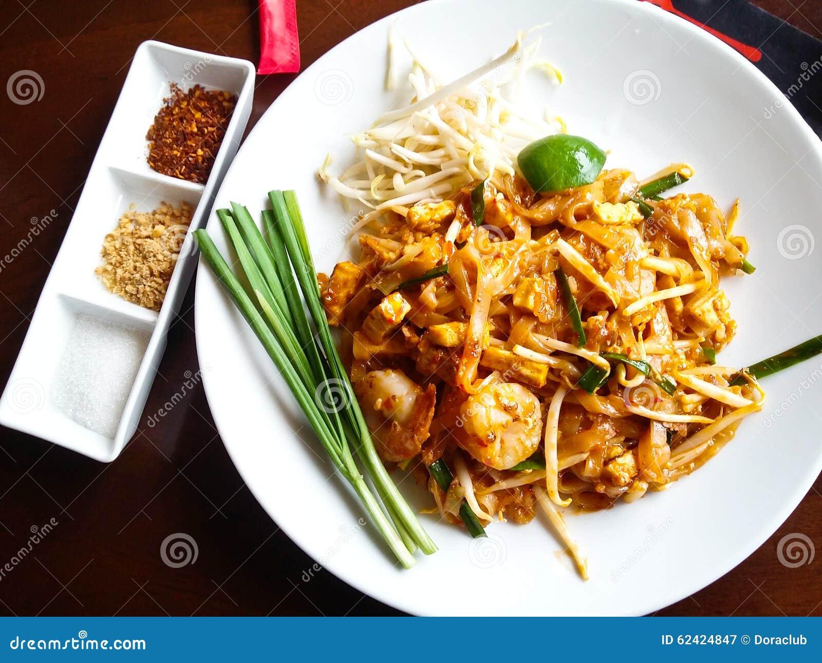 Alimento tailandés, tallarines de arroz revolver-fritos