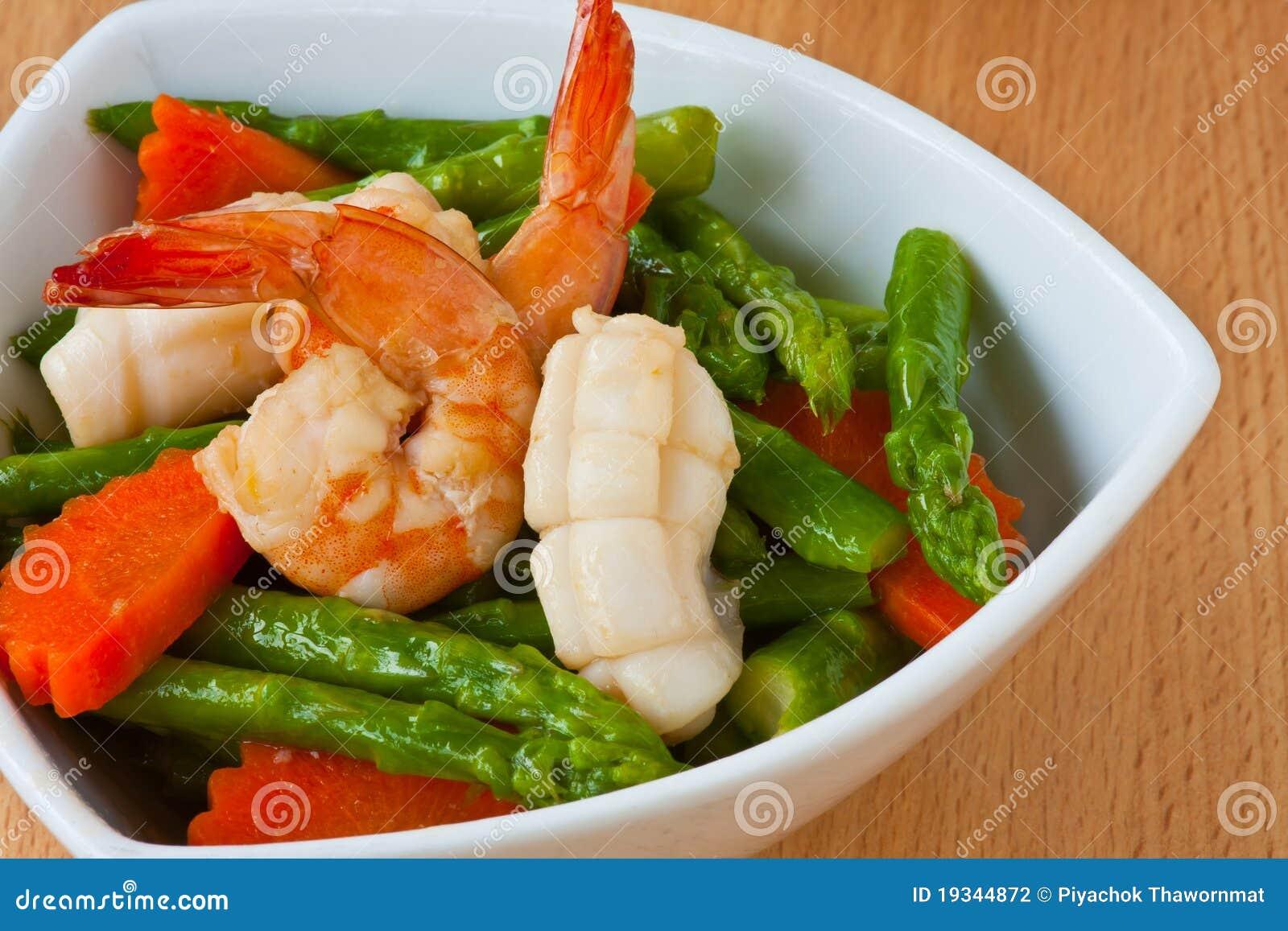 Alimento tailandês, espargos Agitar-fritados com marisco