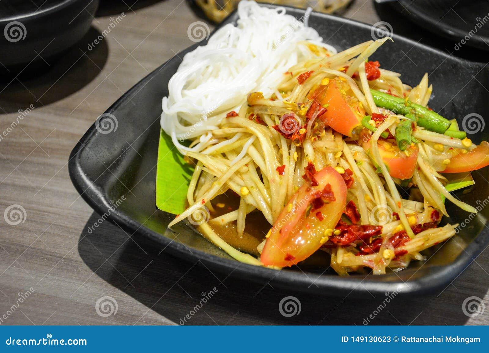 Alimento tailand?s famoso e popular da rua, salada picante da papaia verde com peixes conservados ou Tum do som servido com os ma
