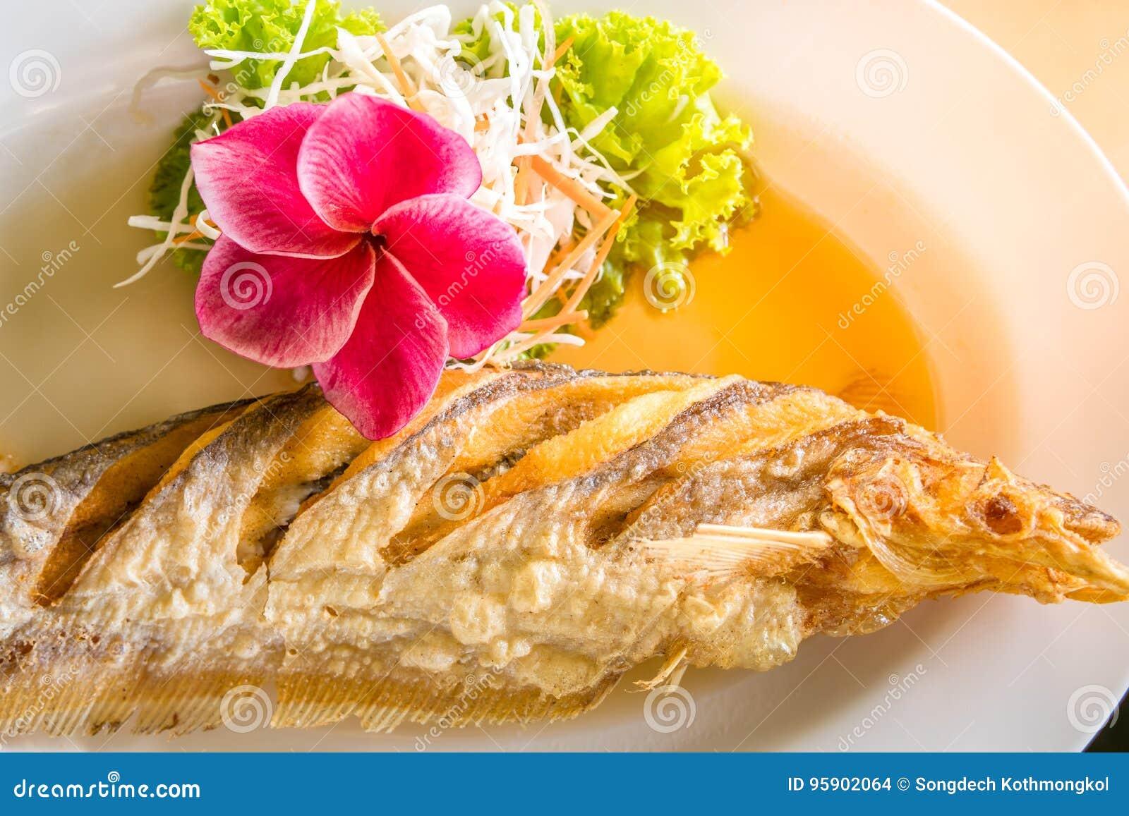 Alimento tailandês fritado dos peixes