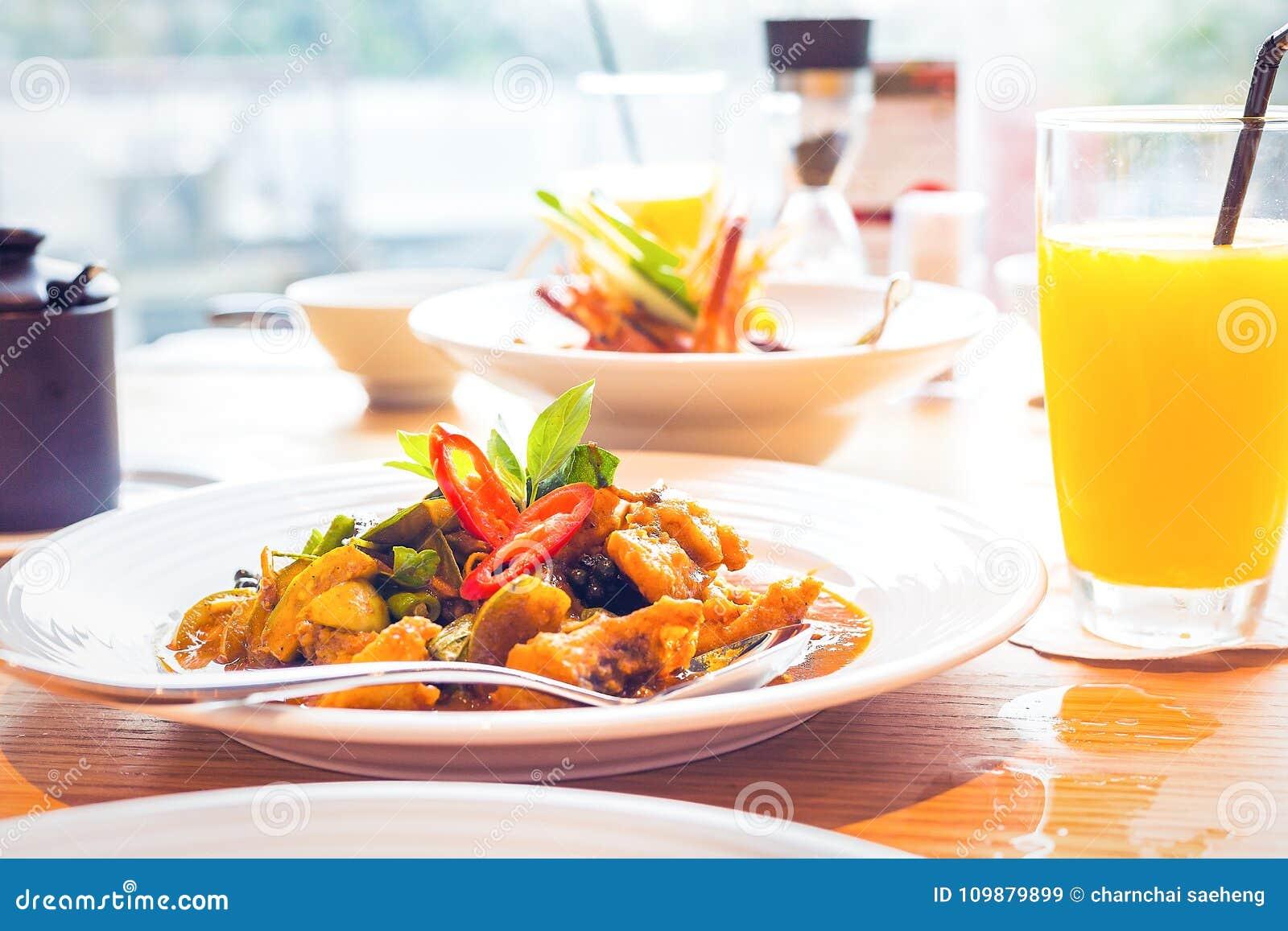 Alimento tailandês picante e erva do caril na mesa na tabela