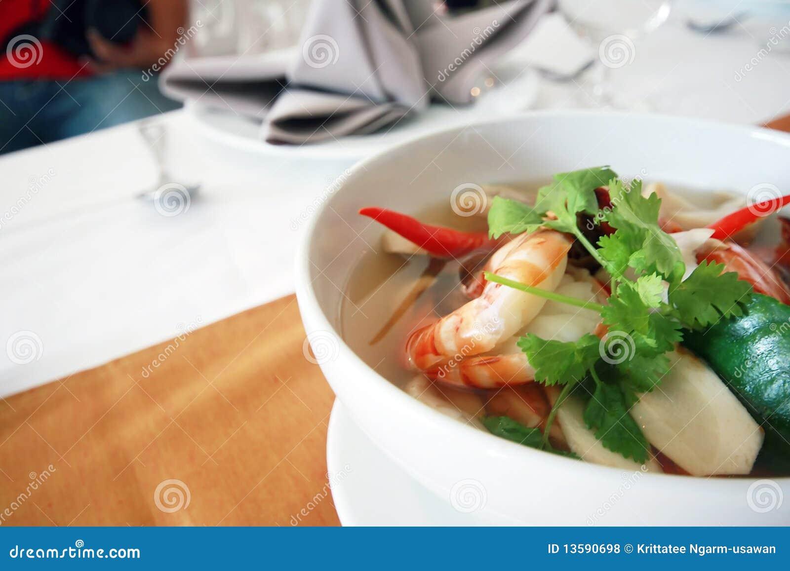 Alimento tailandês Tom Yum Kung em uma bacia