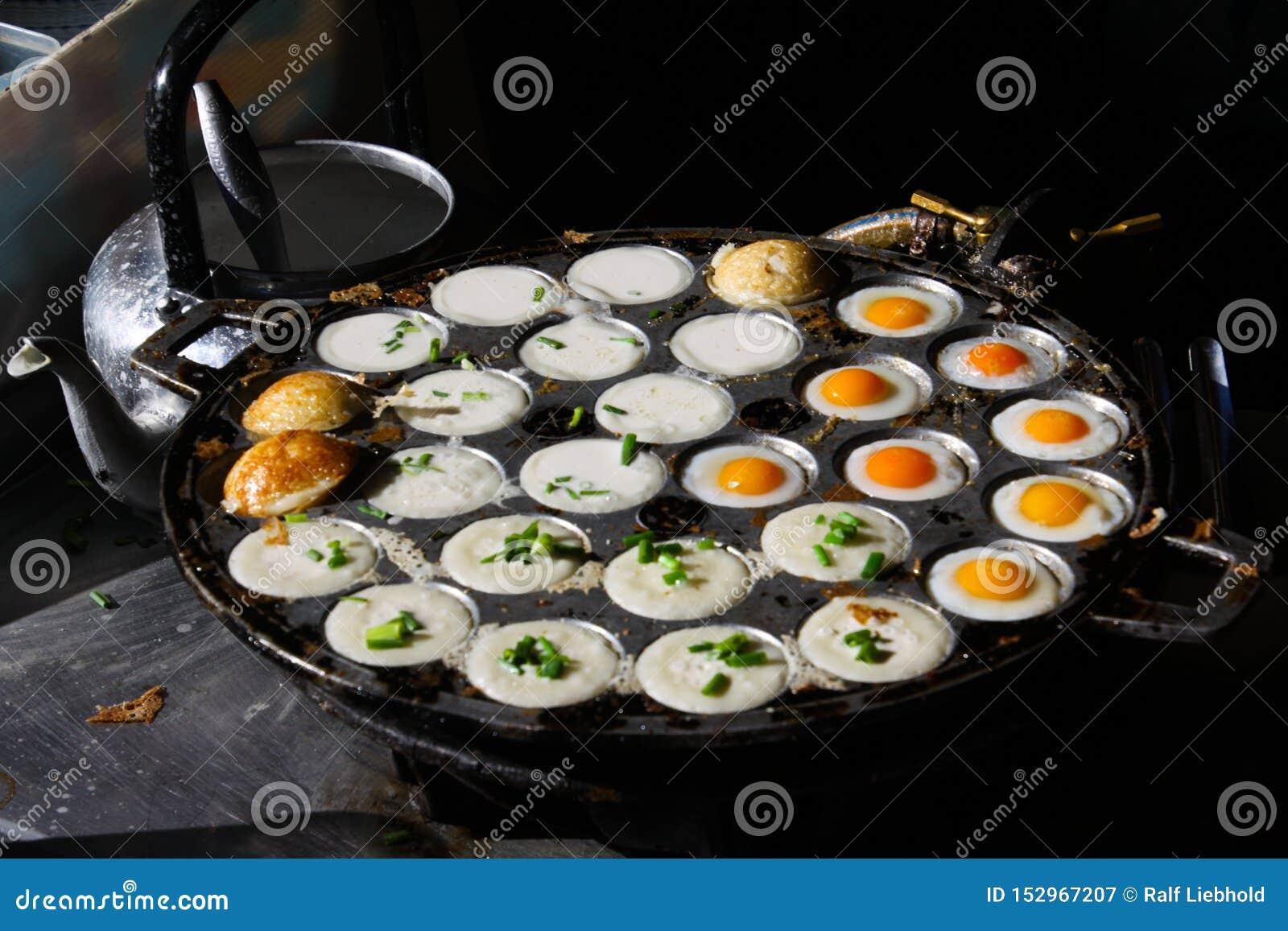 Alimento tailandese della via in Chiang Mai con le uova fritte ed i pancake del budino della noce di cocco