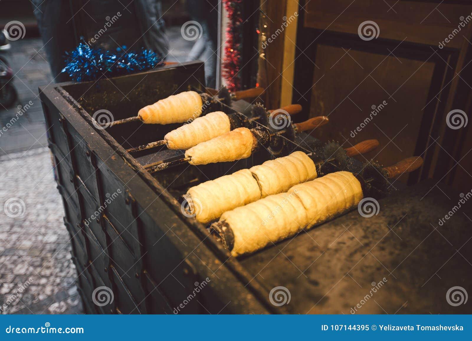 Alimento tradizionale della via della repubblica Ceca del paese Preparazione di Trdelnik - forno ceco tradizionale La pasticceria