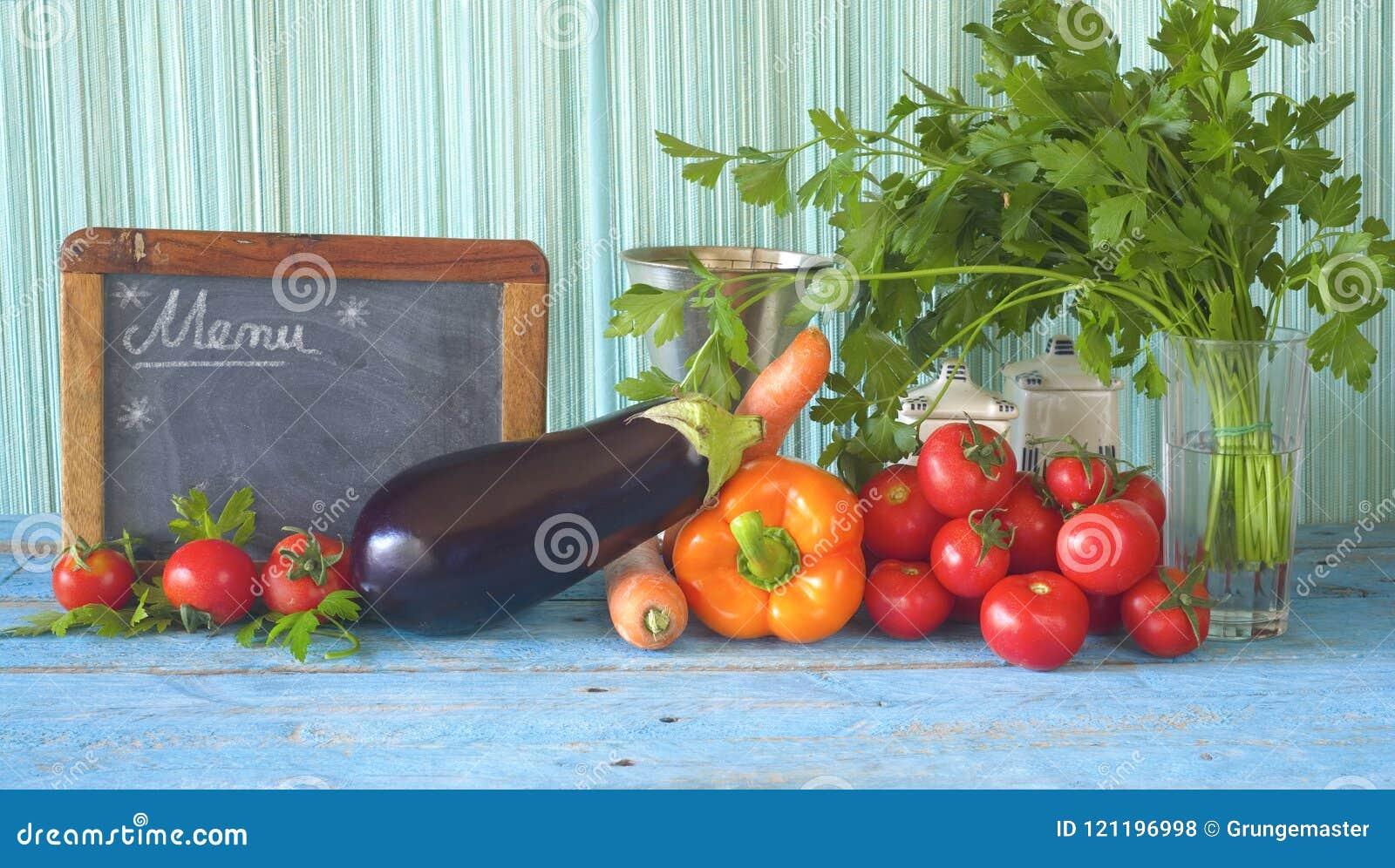 Alimento, vegetais, e quadro-negro saudáveis da cozinha