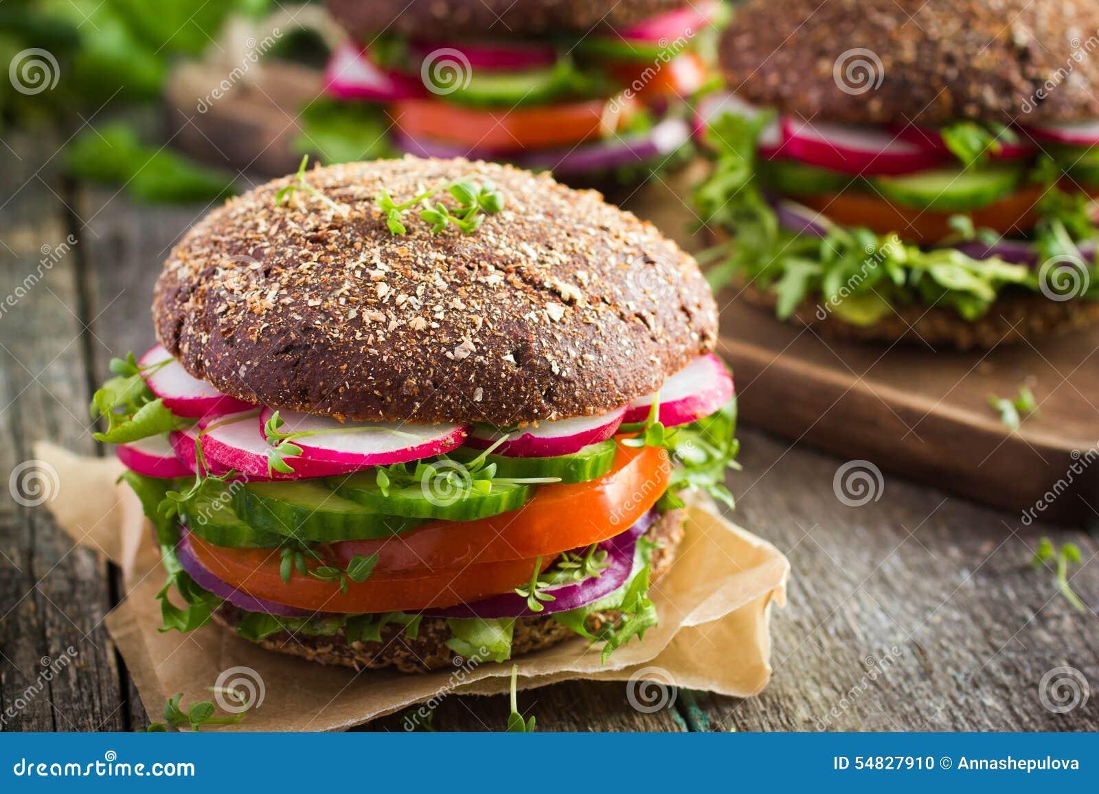 Alimentos de preparación rápida sanos Hamburguesa del centeno del vegano con las verduras frescas