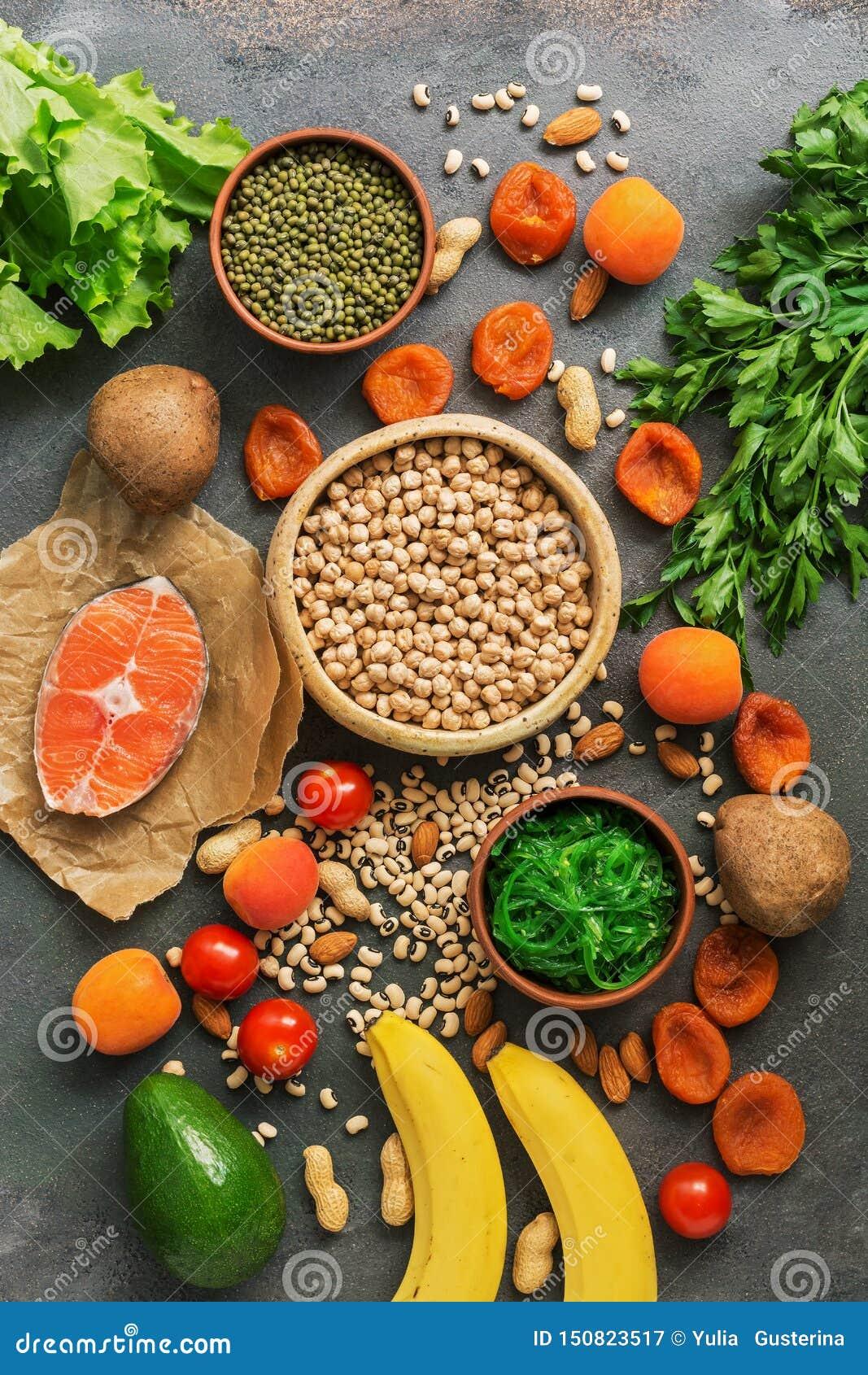 Alimentos saud?veis altos no pot?ssio Uma variedade de leguminosa, salm?es, frutos, vegetais, abric?s secados, chuka da alga e po