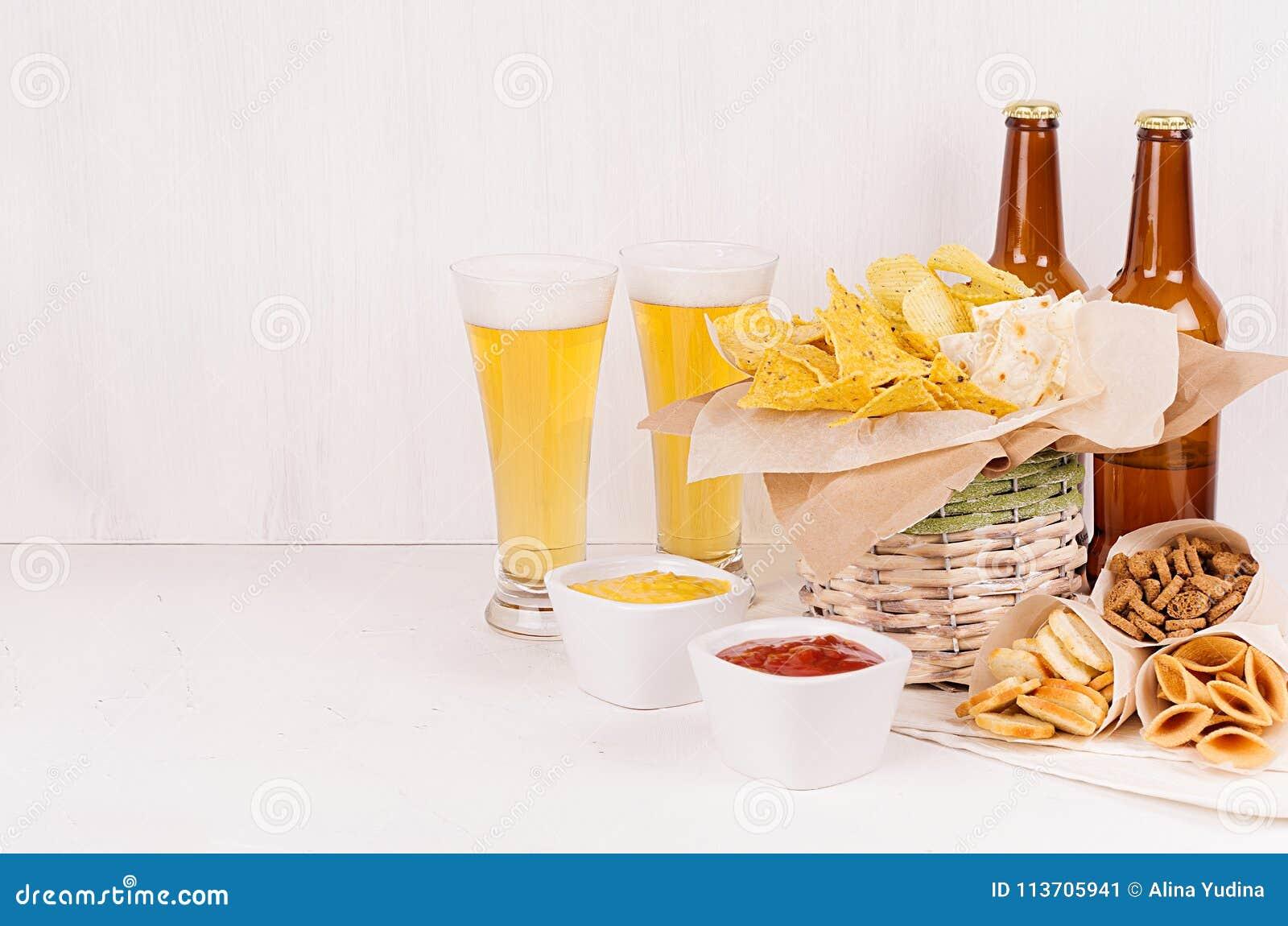 Aliments de préparation rapide d été - différents casse-croûte croquants, bière deux blonde dans des bouteilles en verre et brune