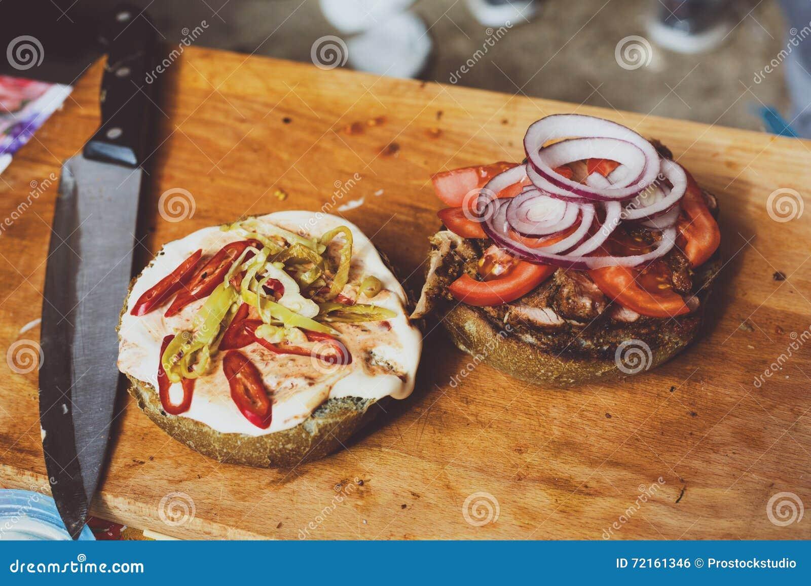 Aliments de préparation rapide de rue hamburger faisant cuire au