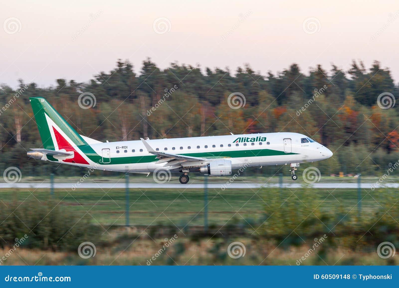 Alitalia Embraer 170 Am Frankfurt Flughafen Redaktionelles Stockfoto