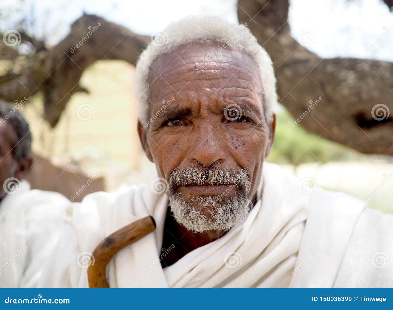 Alitena, Ethiopie - 1er juin 2019 : Le vieil homme en Ethiopie rurale, habillée dans le blanc traditionnel est monté, avec le bât
