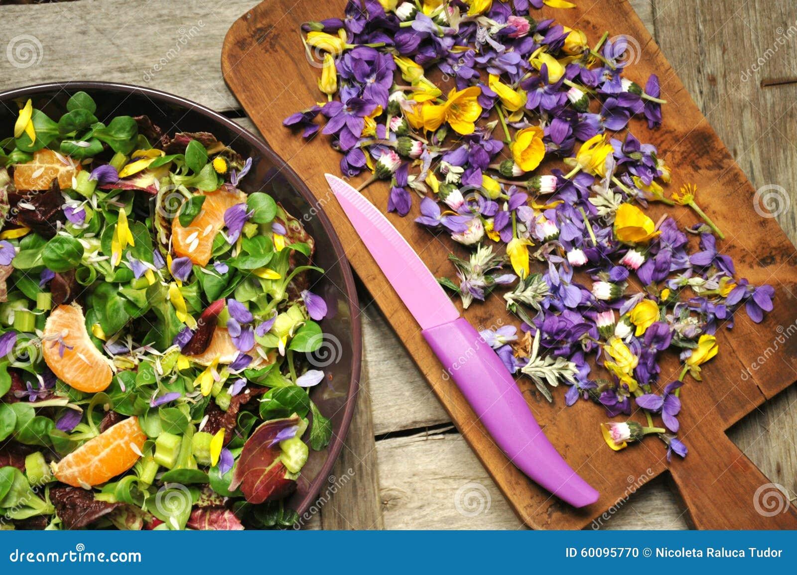 Alkalisch, gezond voedsel: salade met bloemen, fruit en valeriaansalade