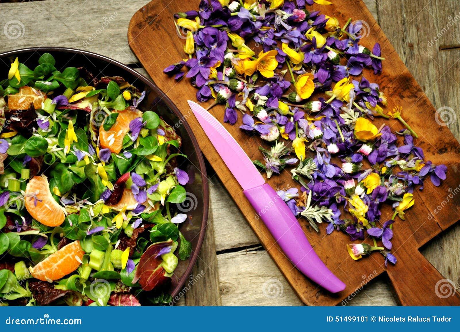 Alkalisk sund mat: sallad med blomma-, frukt- och valerianasallad