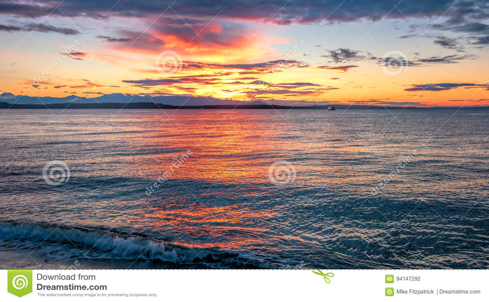 Alki plaży zmierzch z Olimpijskimi pasm Sylwetkowymi i Wodnymi odbiciami n