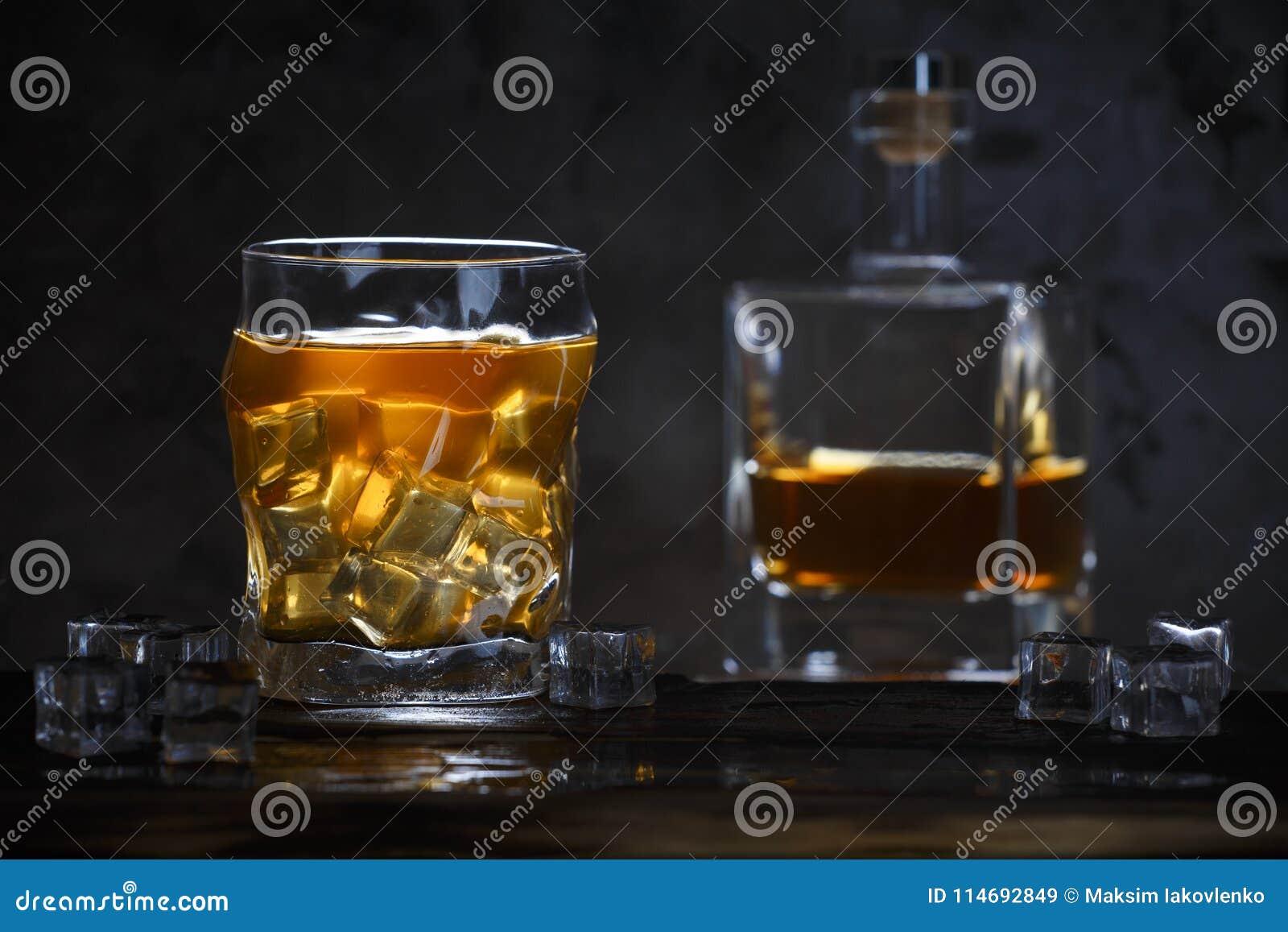 Alkohol w szkle z lodem w butelce i