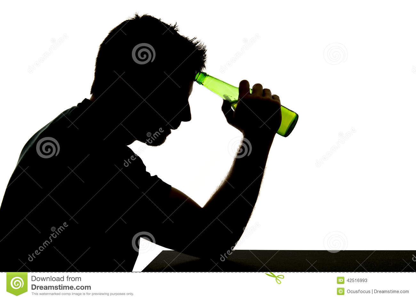 Alkoholiczka pijący mężczyzna z piwną butelką w alkoholu nałogu sylwetce