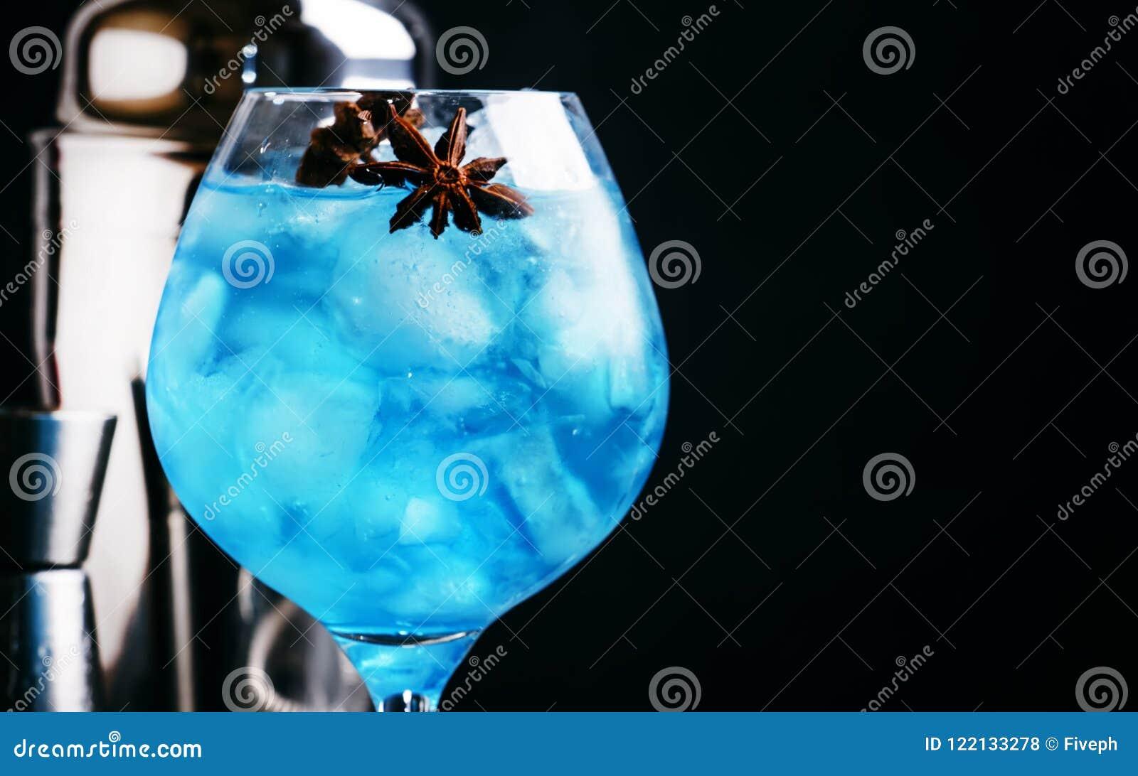 Alkoholiczny koktajl z sambuca, ajerkoniak, cytryna sok, miażdżył i