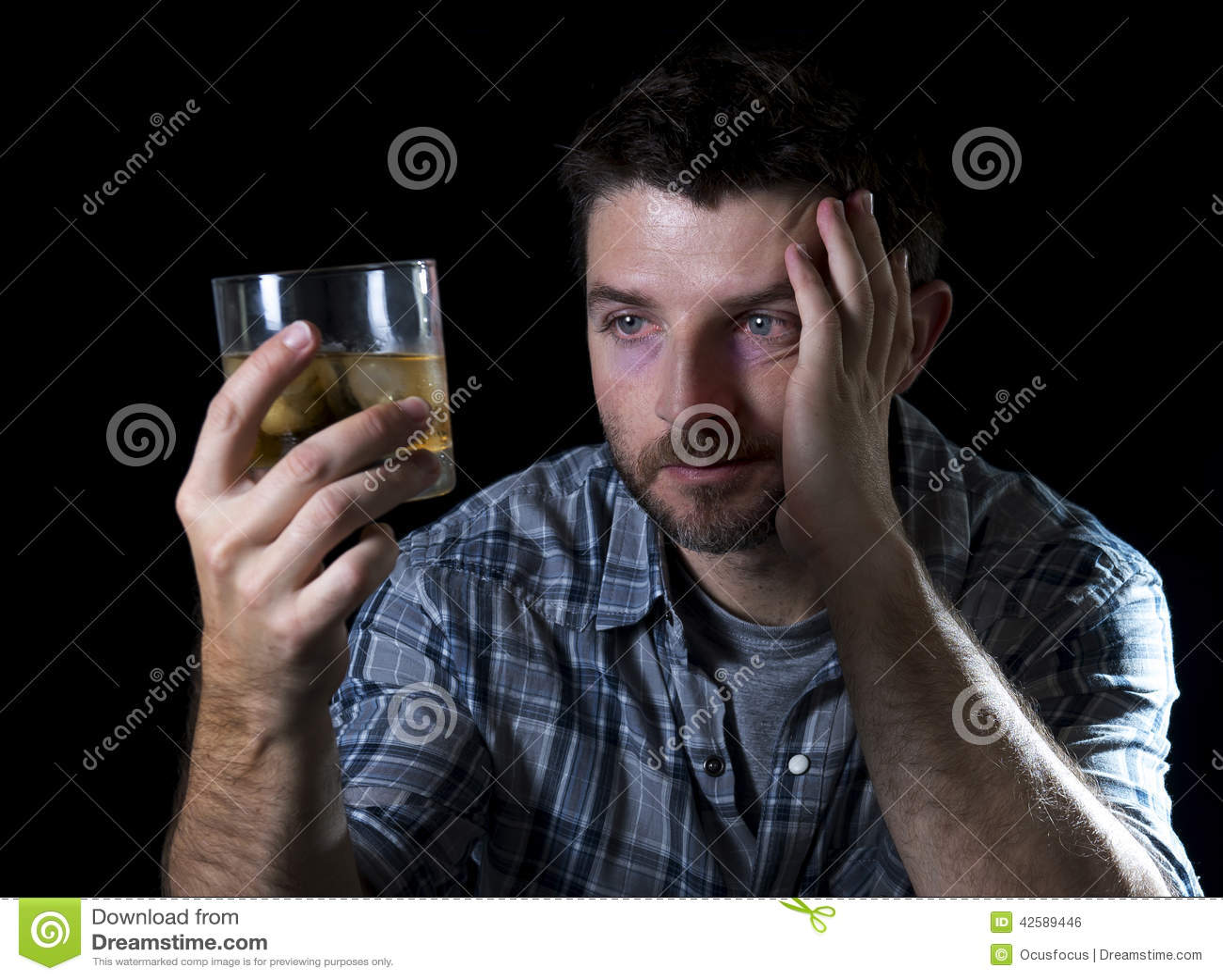 Alkoholiczny nałogowa mężczyzna pijący z whisky szkłem w alkoholizmu pojęciu