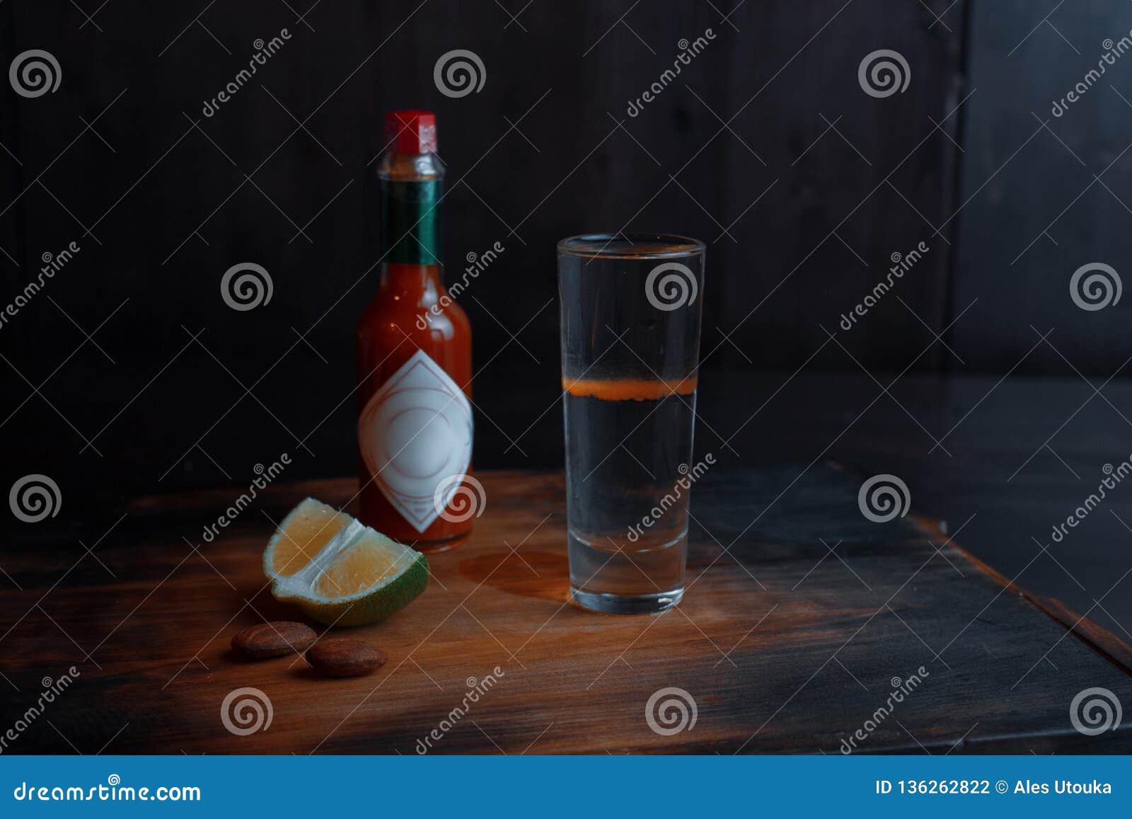 Alkoholiserad coctail 'röd hund 'av sambuca och röd tabasco