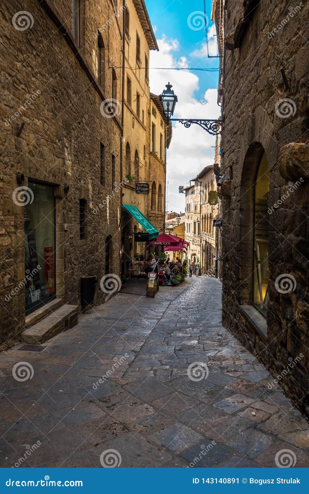 Allée étroite guidée au vieux centre de la ville de Voltera, Italie