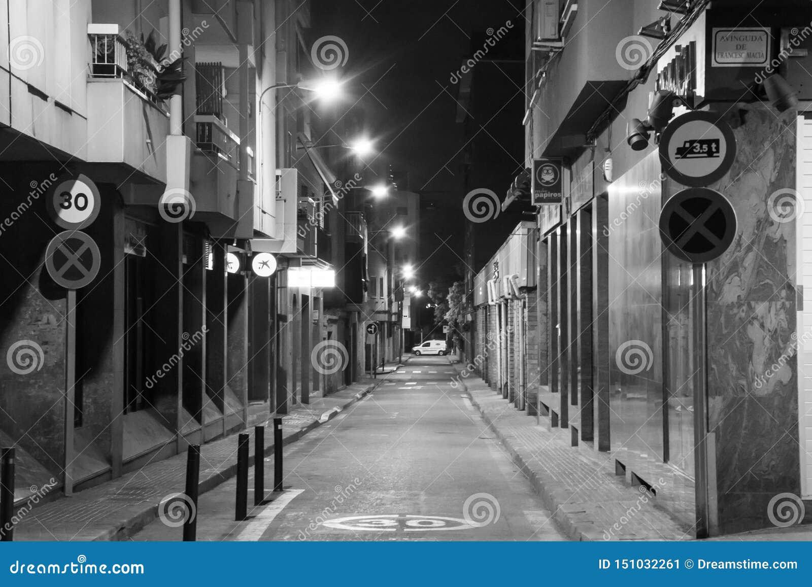 Allée de rue tranquille dans le blanc de noir de Barcelone