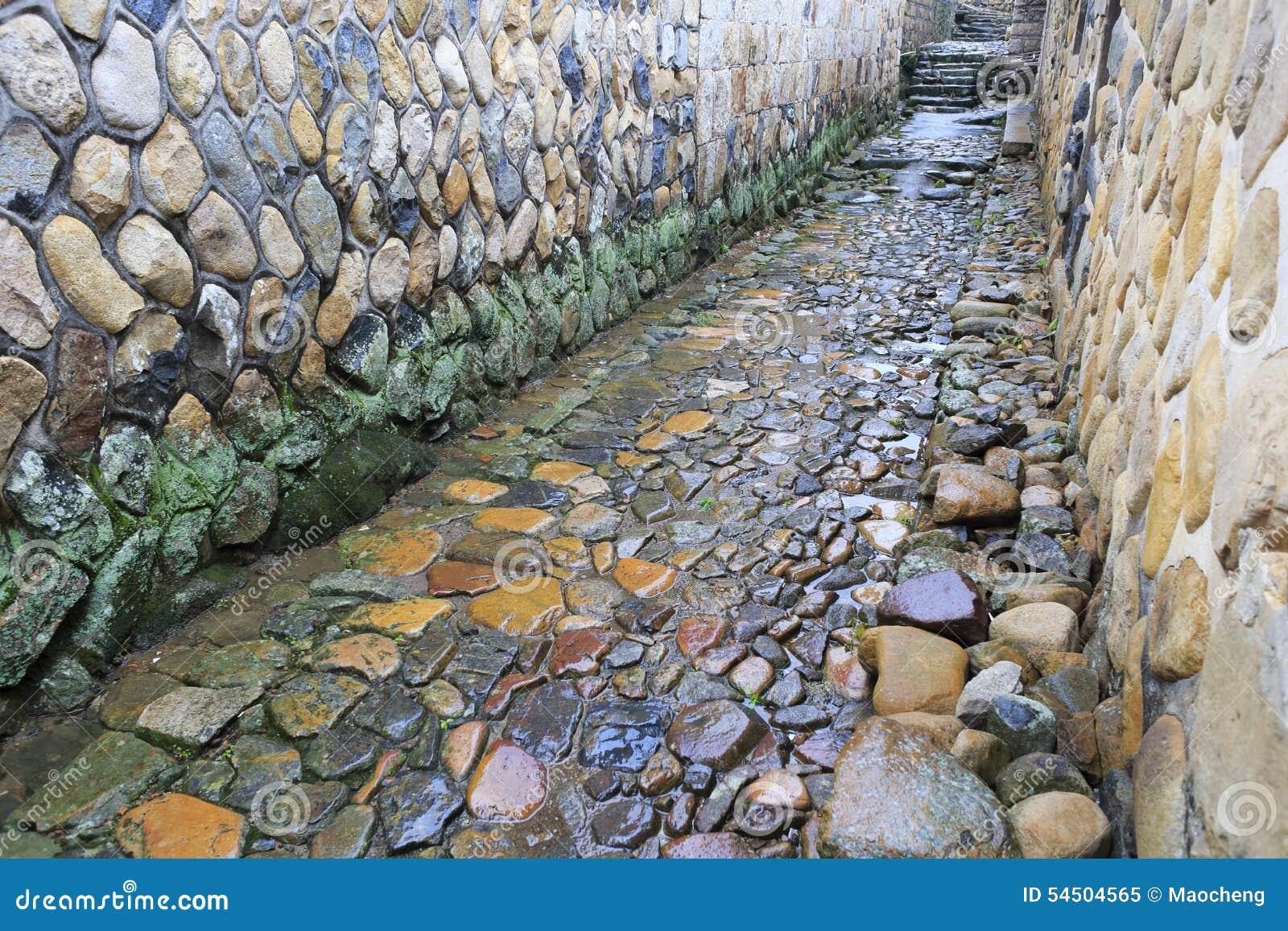 Allée en pierre antique sous la pluie