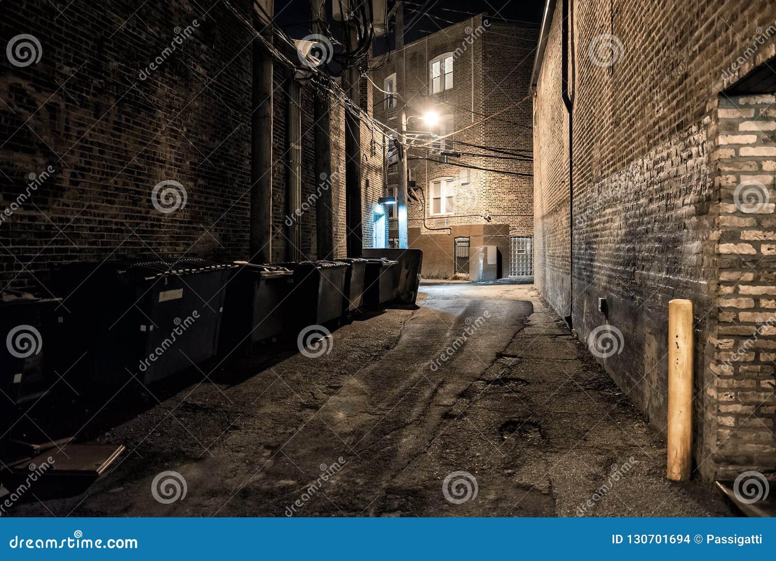 Allée urbaine du centre sombre et effrayante de coin de la rue de ville la nuit