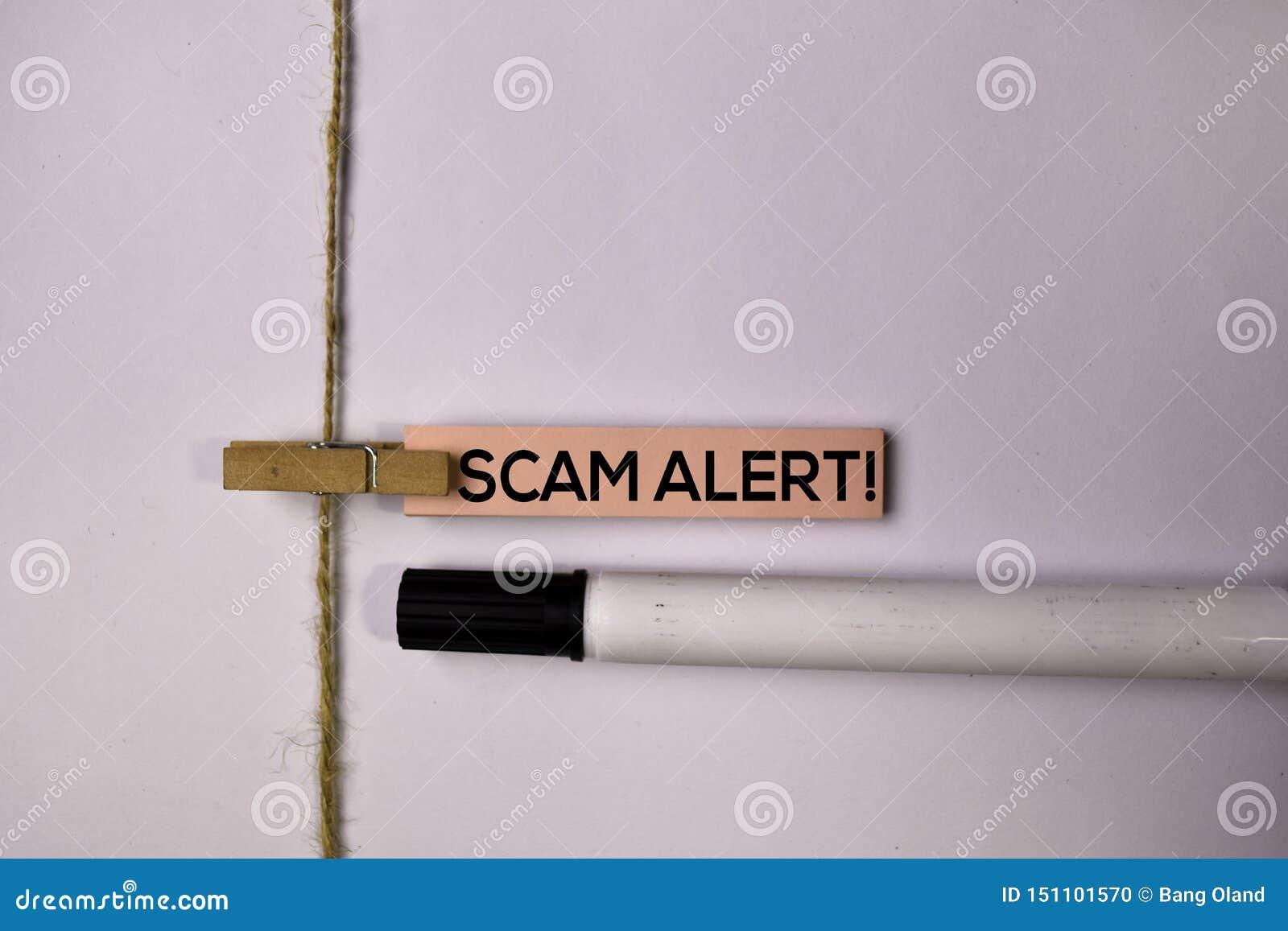 Allarme di Scam! sulle note appiccicose isolate su fondo bianco