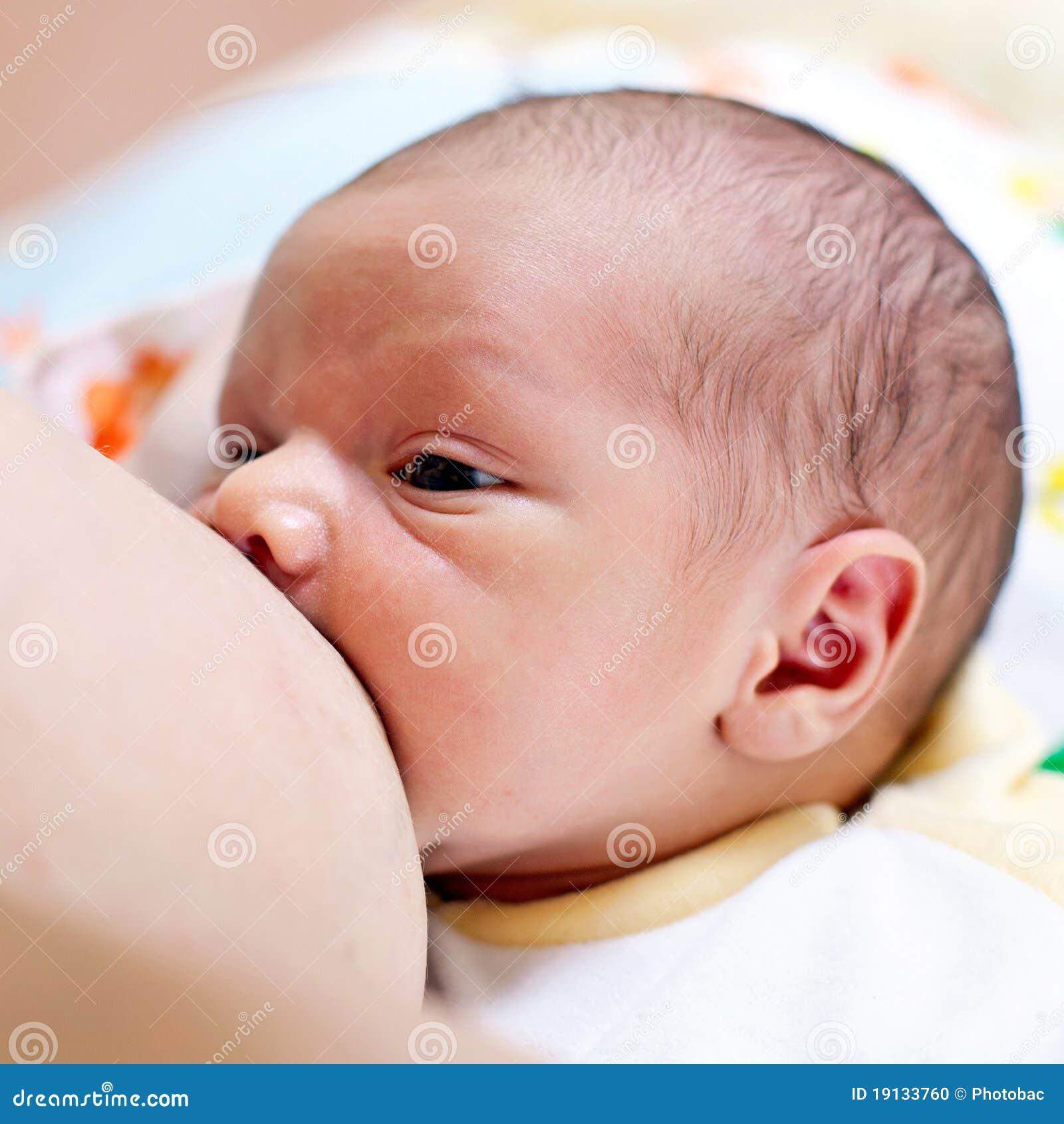 Allattamento al seno dell un neonato anziano di settimana