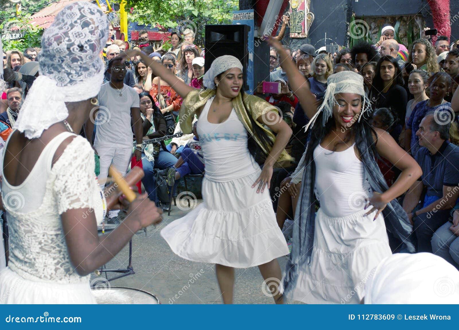 Alle vrouwen dansen uitvoerders in Callejon DE Hamel in Centro Havana