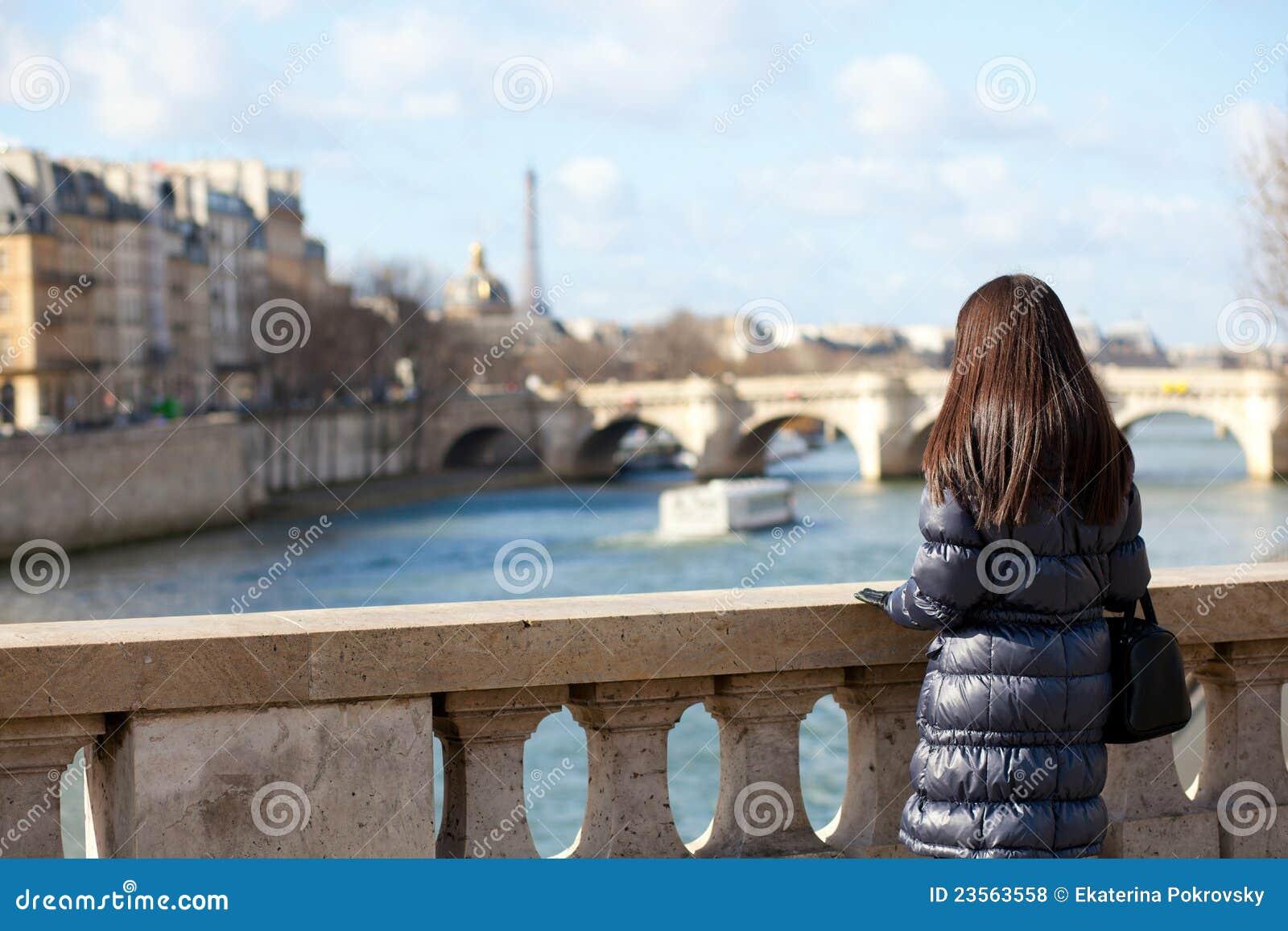 Alleen donkerbruine vrouwelijke toerist in Parijs