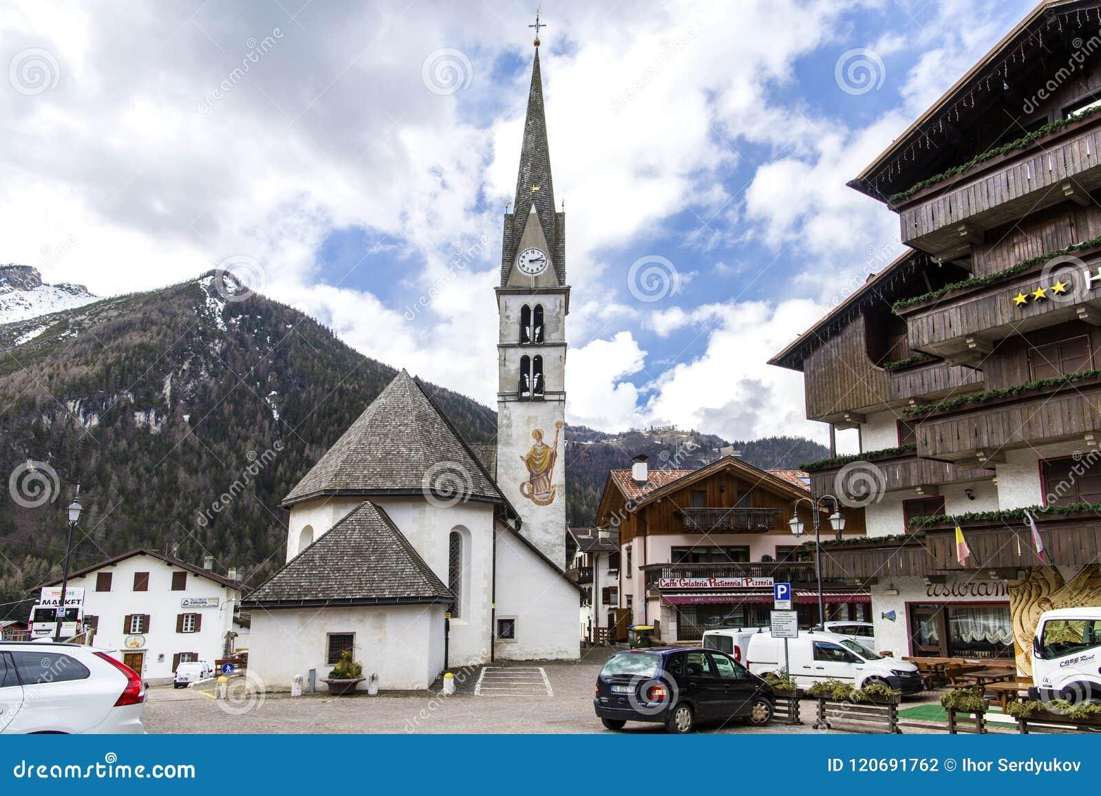Alleghe, Bellune, Italie le 5 avril 2018 : un village de montagne avec du charme situé dans un arrangement naturel unique donnant