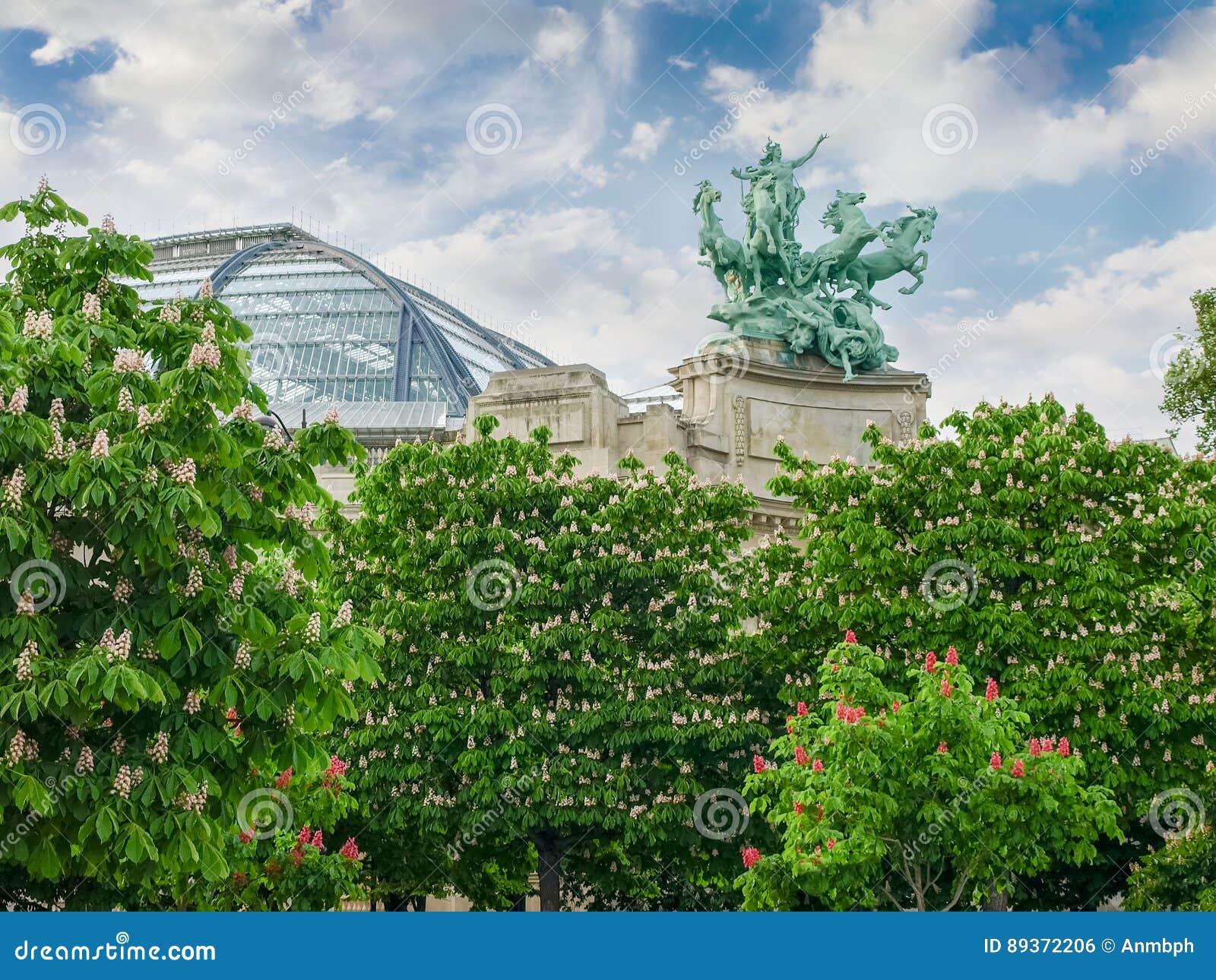 Allegorisch standbeeld en gewelfd dak van Groot Paleis in Parijs